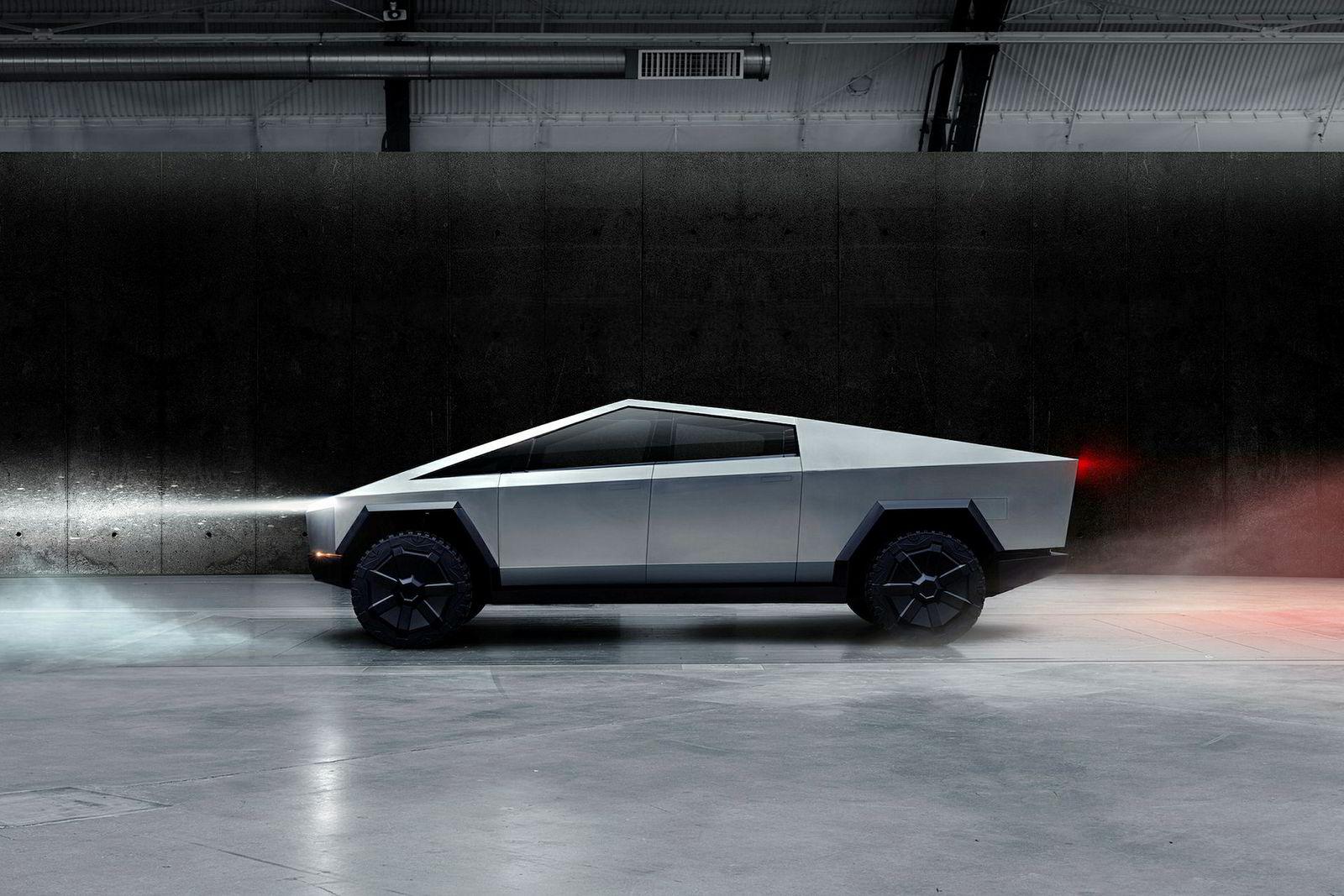 Tesla Cypertruck. Teslas Cybertruck ble lansert i California 22. november 2019. Toppmodellen skal nå 100 kilometer i timen på 2,9 sekunder. Den kommer i tre ulike versjoner. Den billigste har en rekkevidde på 400 kilometer. Toppmodellen skal nå 800 kilometer.