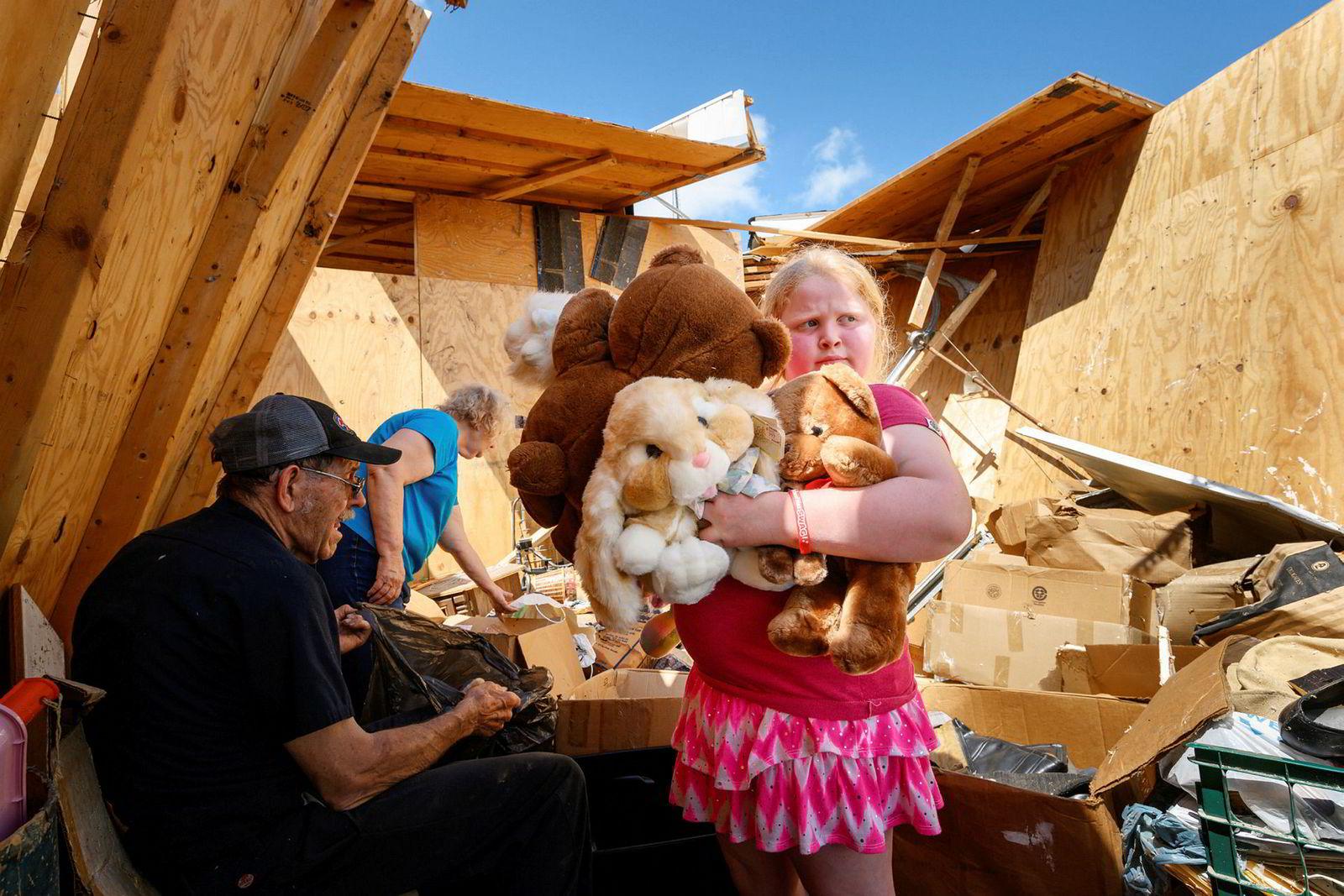 Ni år gamle Keeley Frank holder opp noen av kosedyrene som hun og besteforeldre Al og Barb Scheidegger berget etter at en tornado raserte huset deres og store områder i Missouri, USA, 23 mai.