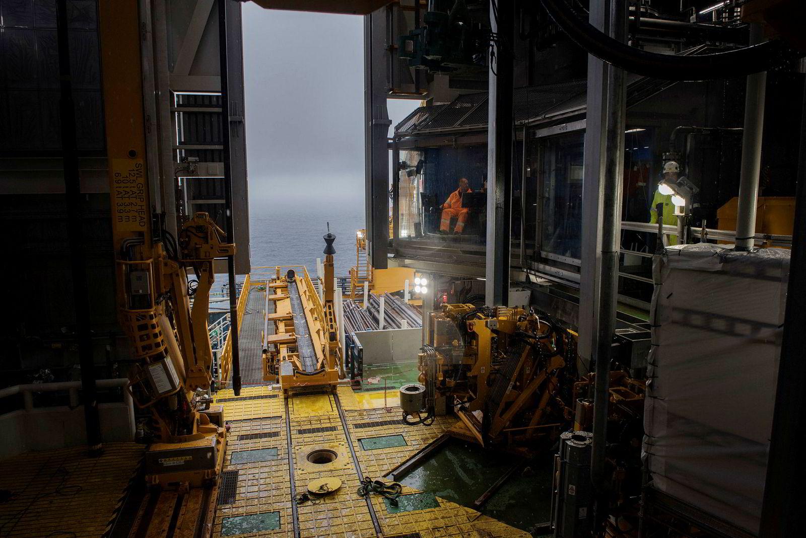 Nordsjøen, 22. august 2018:I månedsvis ble utstyr testet og arbeid ferdiggjort på feltet før oppstart i fjor høst. Her er det  driller  Jostein Kløve og assisterende Lars Borlaug som tester utstyr. Ingen felt i Nordsjøen er mer avansert teknologisk. Her er det siste av digitale nyvinninger tatt i bruk.