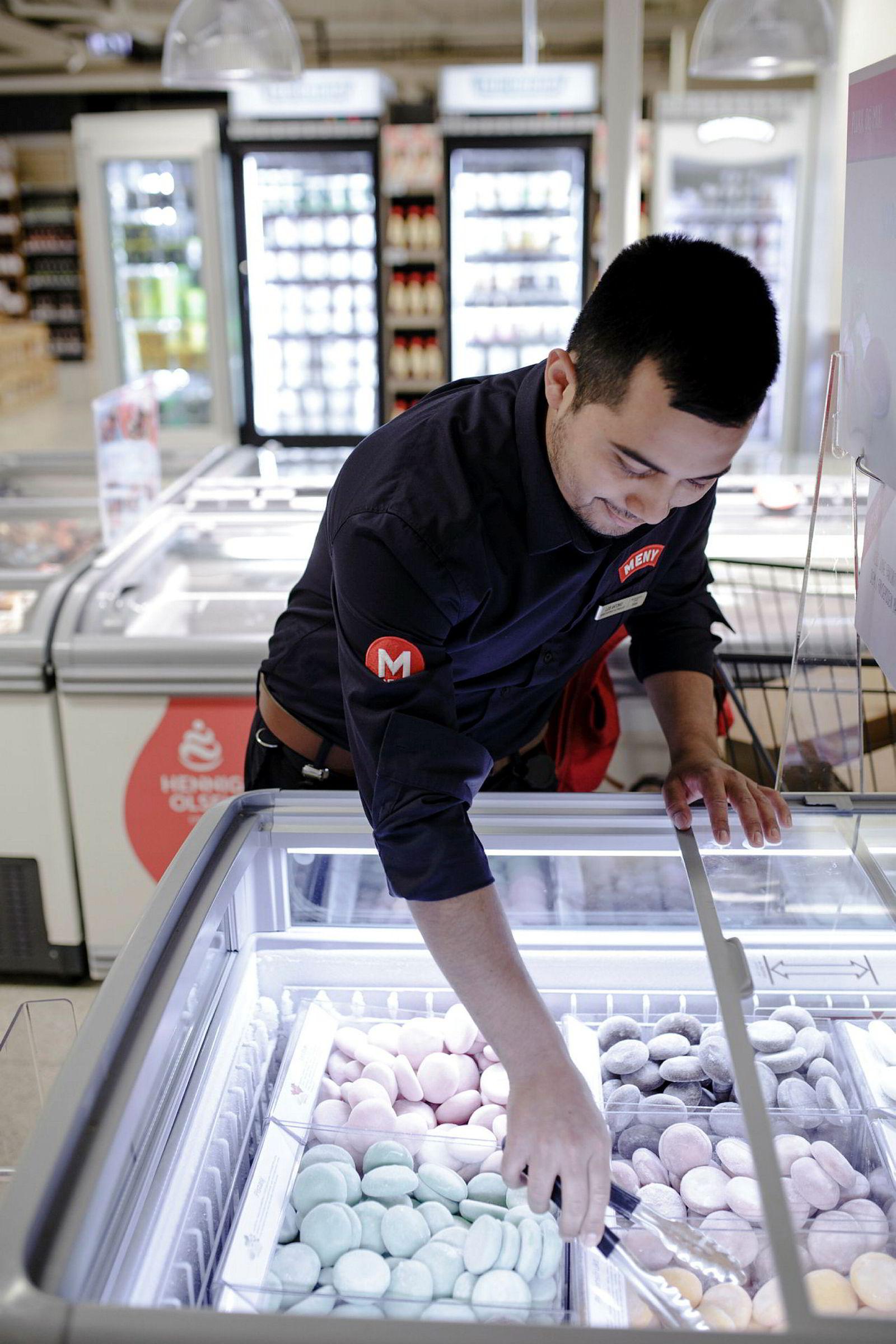 Luis Antonio Reyes (26) viser frem «Bubbies», is formet som små kuler som man kan kjøpe i løsvekt. Denne isen selges det mest av forteller han.
