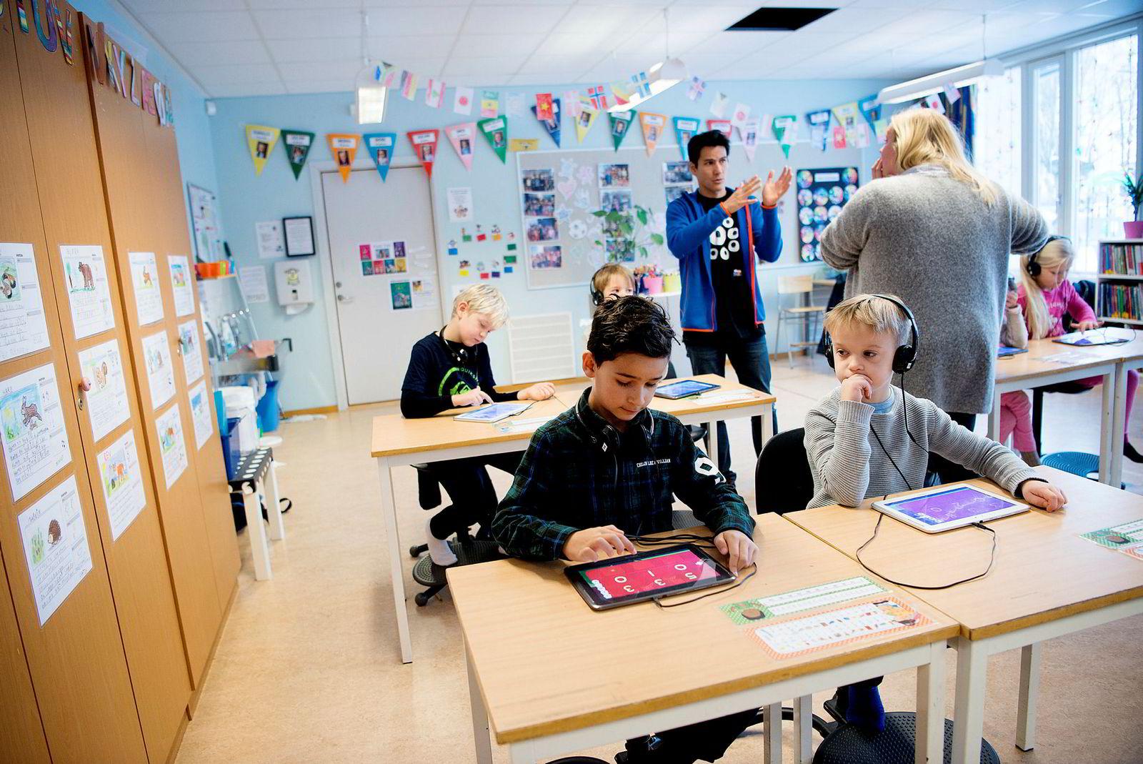 Undervisning med spill for Julian (bak fra venstre), Marius, Jonas (foran til venstre) og Matas i klasse 2B på Nedre Bekkelaget skole. Stående Jean-Baptiste Huynh i WeWantToKnow og lærer Ida Elisabeth Harda.