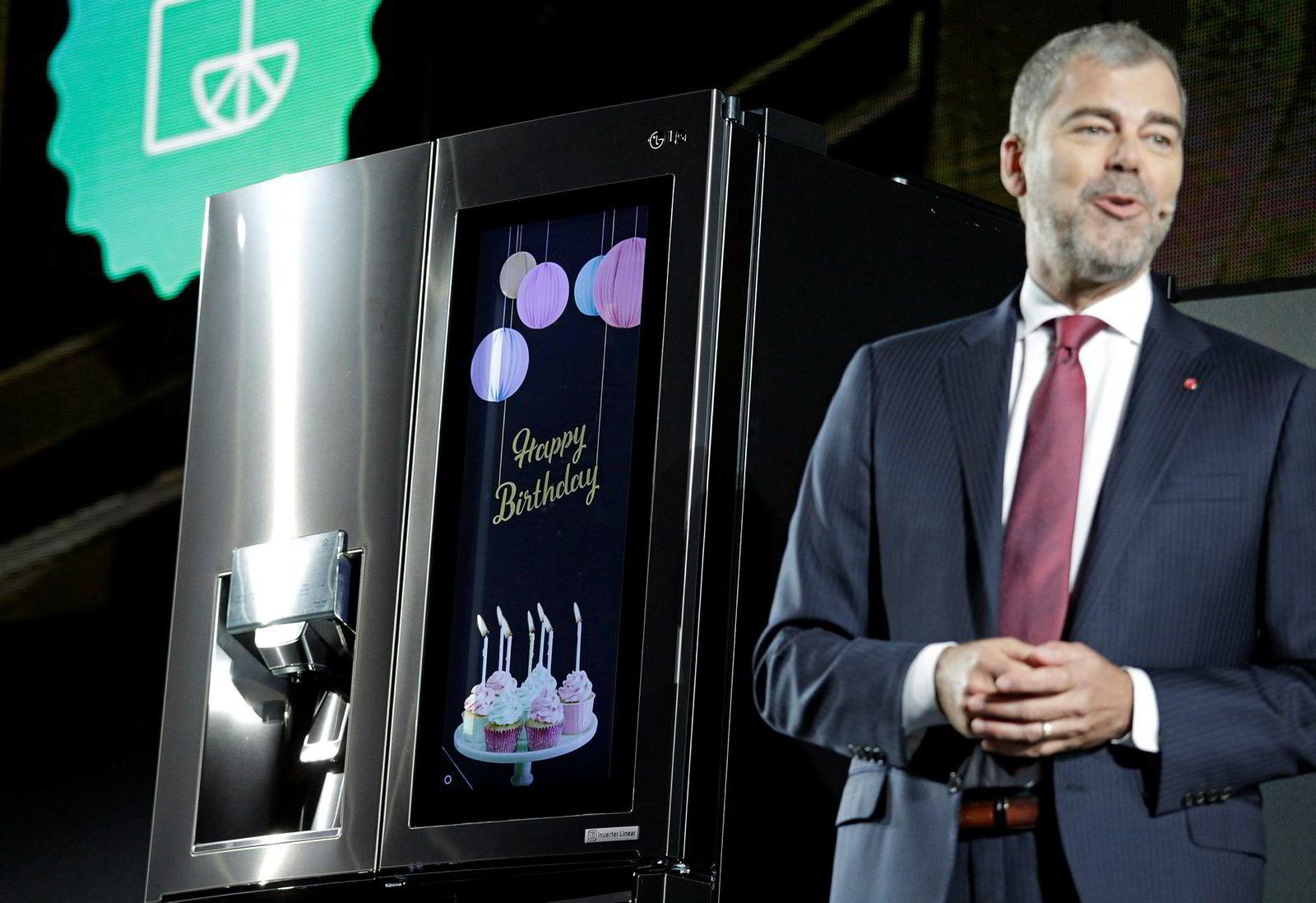 LGs smarte kjøleskap lar deg se hva du har i kjøleskapet mens du er i butikken. Det har også en skjerm du kan handle matvarer fra og vise oppskrifter på.