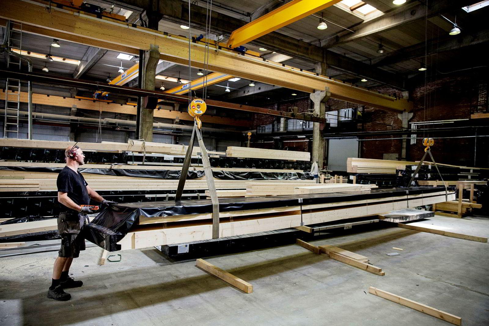 Splitkon har hentet inn 250 millioner kroner for å satse på produksjon av krysslimte trekonstruksjoner. Her fagarbeider Jørn Atle Snippen.