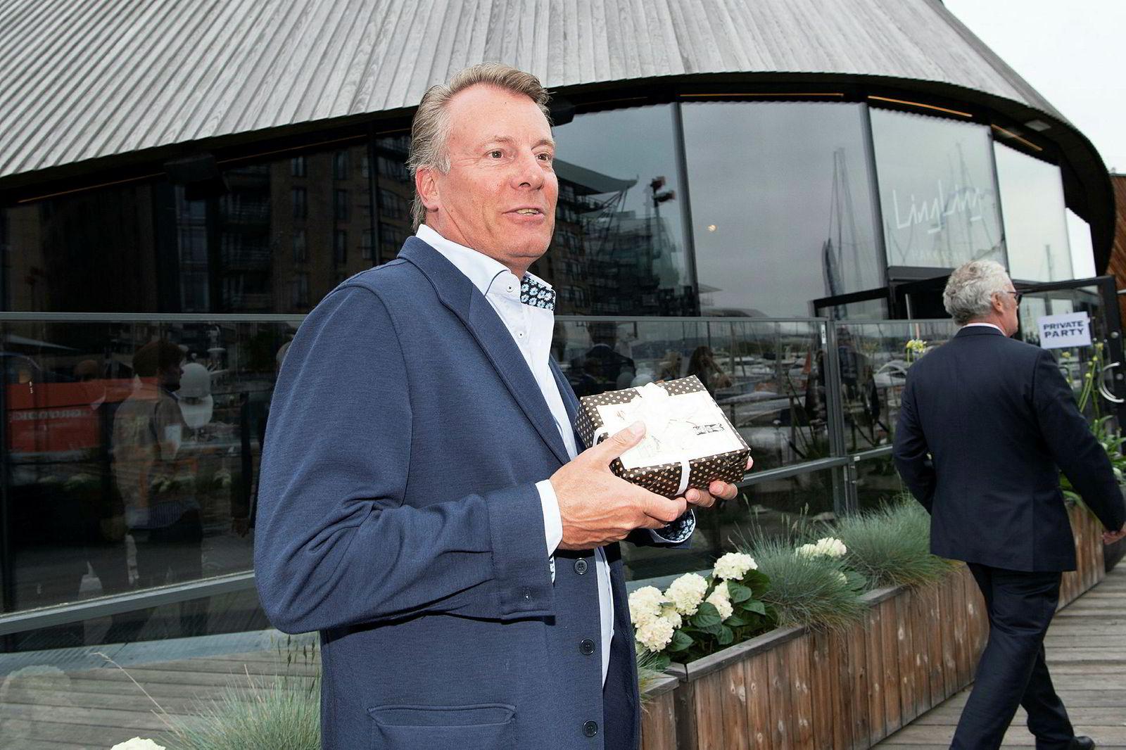 Ferd-eier Johan Andresen hadde med seg drammeglass formet som Swix-smøring i presang til Fredriksen.