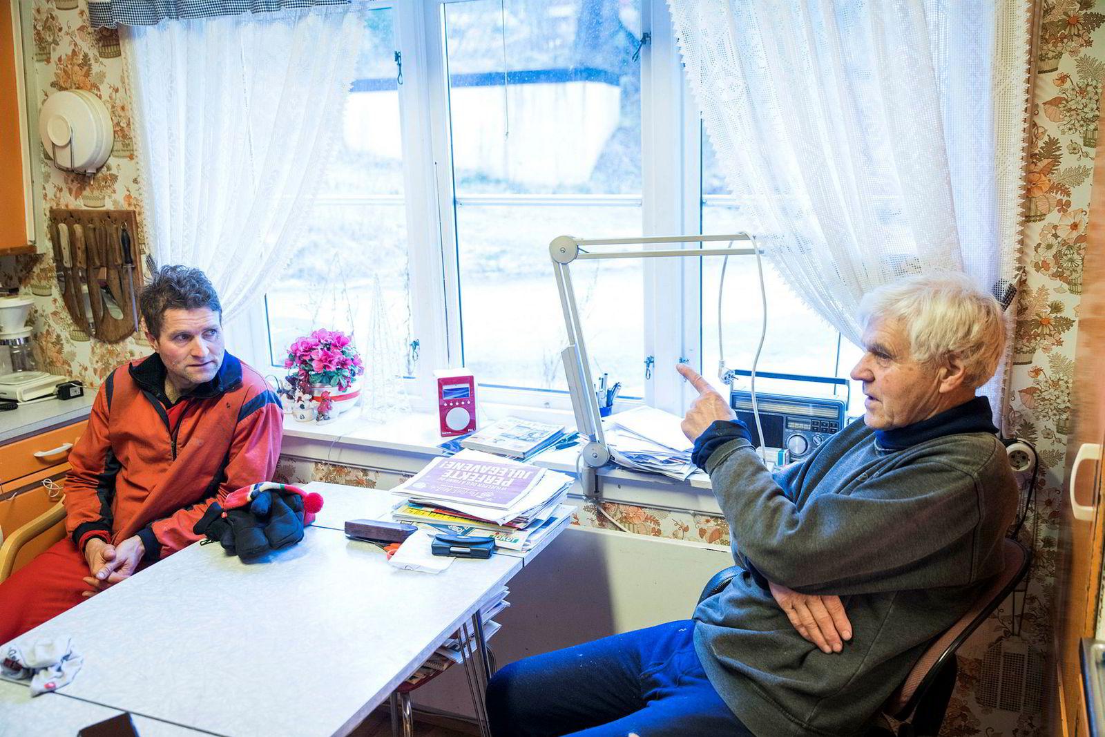 Forfatter og folklorist Thor Gotaas og Arne Baklien på Bjørnholt snakker om snøforholdene i marka på kjøkkenet til Baklien.