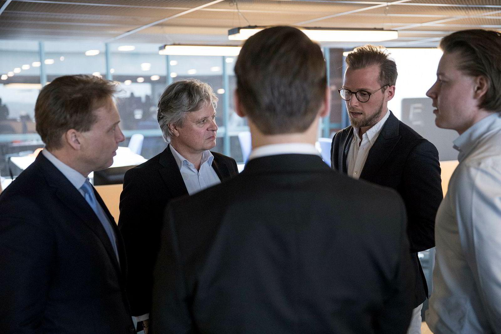 De tre Bolink-gründerne Krister Koen, Joakim Dahlen og Marius Owesen (ryggen til) under et møte i april med toppsjefer i Nordea, John Sætre og Casper von Koskull, på gründersenteret The Factory på Telenor Arena.