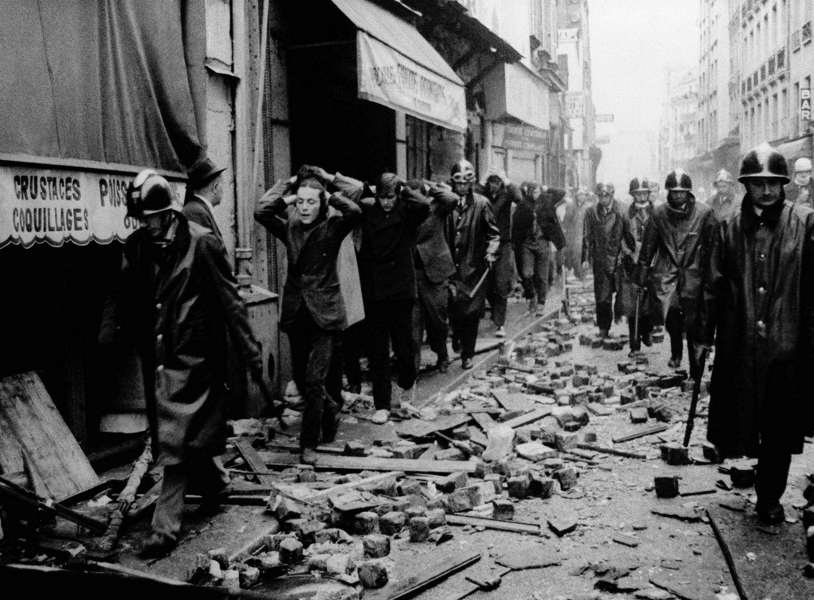 Pågrepne studenter fotografert den 10. mai 1968 i Latinerkvarteret i Paris. Natt til 10. mai var det kraftige sammenstøt mellom studenter og politi. Etter 11 timer fikk politiet kontroll på situasjonen.