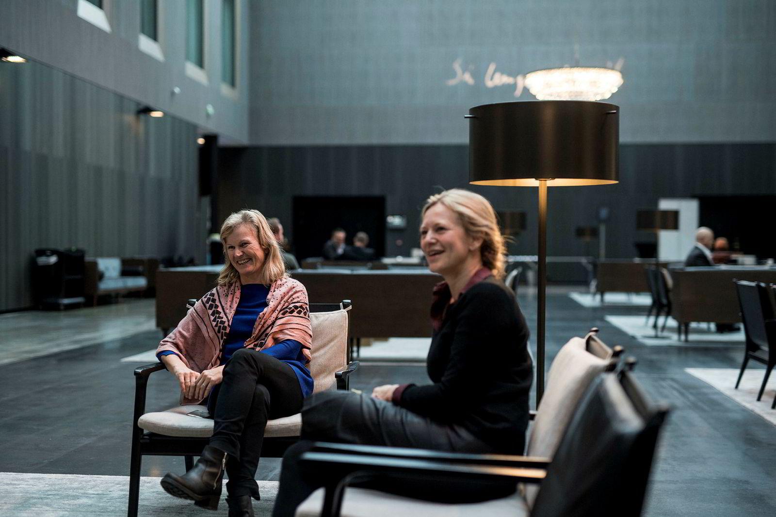 Kommunikasjonsdirektør i NHO Reiseliv, Merete Habberstad (til høyre) mener tiden er overmoden for et forbud mot nettreisegigantenes prisklausler. Til venstre administrerende direktør i NHO Reiseliv, Kristin Krohn Devold.