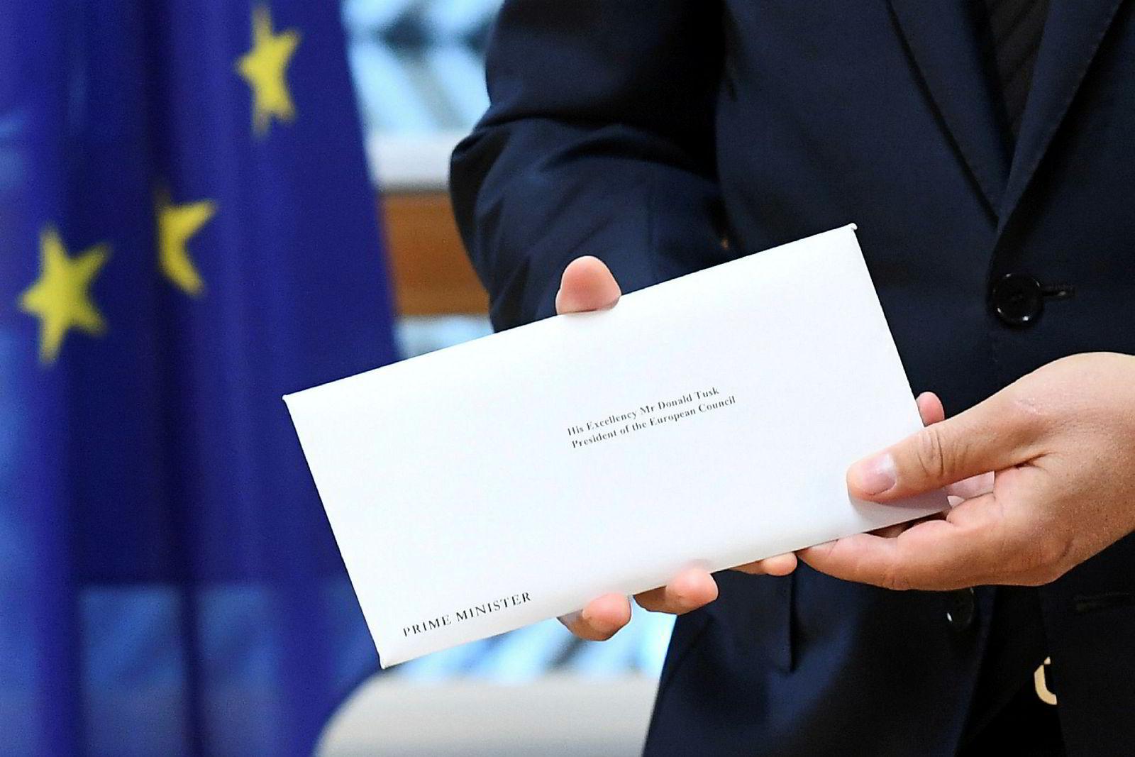 29. mars 2017: Theresa May skrev under på skilsmissebrevet fra EU i slutten av mars. Dette uløste formelt artikkel 50 i Lisboa-traktaten – startskuddet for partene til å bli enige om en avtale innen to år. En kurer brakte brevet videre til Brussel og EU-president Donald Tusk.