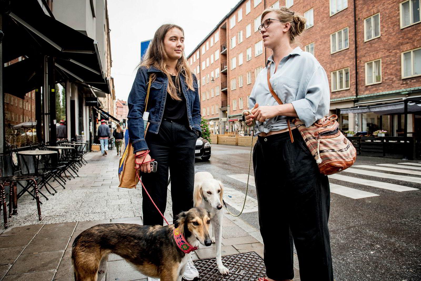 Paulina Hedstrand (19), til venstre og Linnea Abrahamson (34) på Söder i Stockholm.