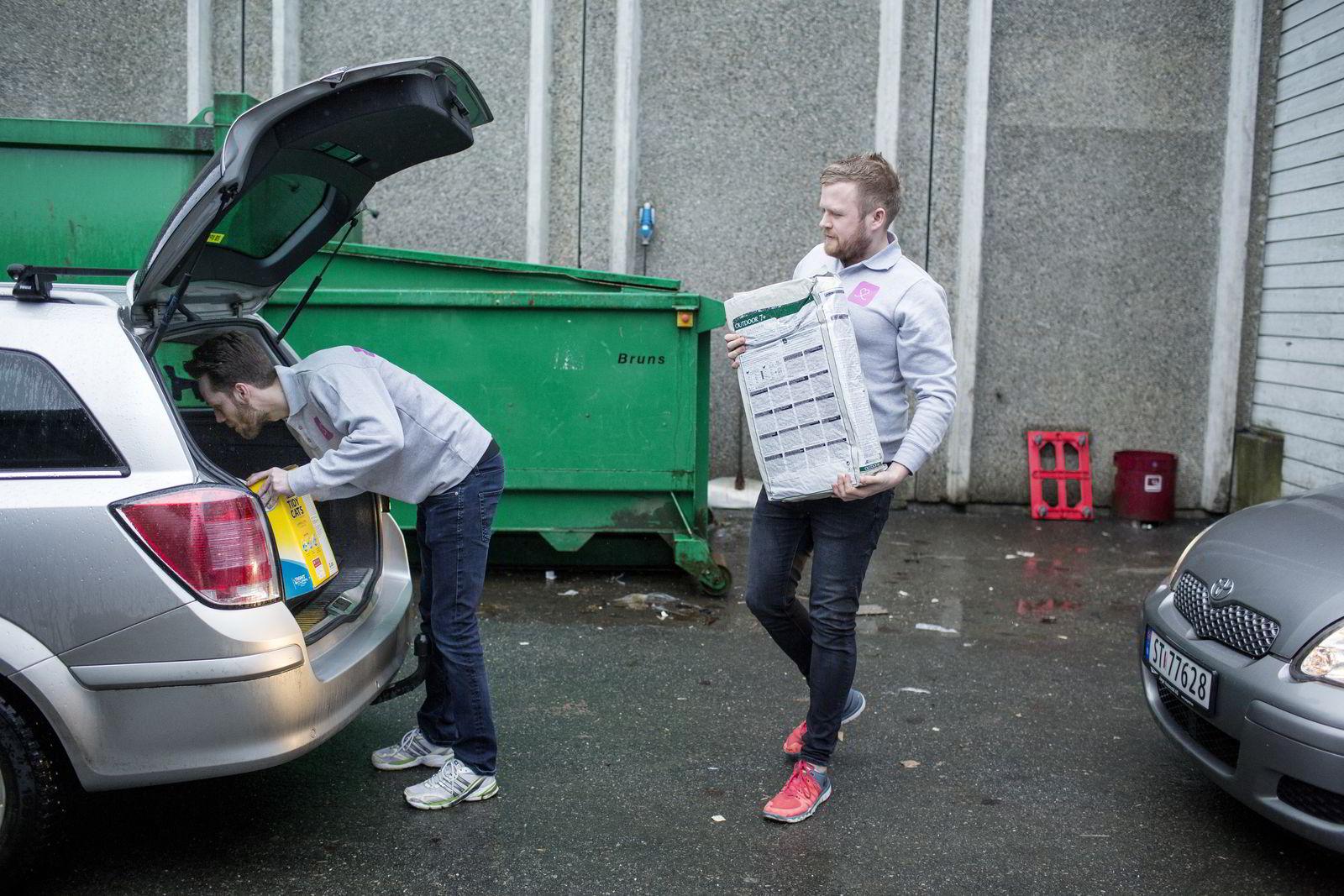 Øyvind Eriksen (til venstre) og Erik Høsteland Åland fyller to personbiler med varer før ettermiddagens levering.