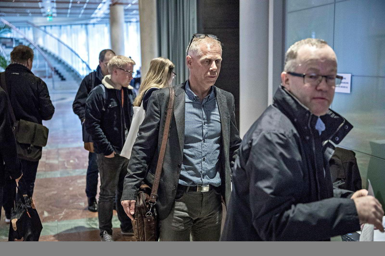 Jan Erik Mushom (midten) på vei inn i generalforsamling i Mentor Media på Plaza i Oslo. Han er innstilt som nytt styremedlem i benkeforslaget han selv stiller seg bak.