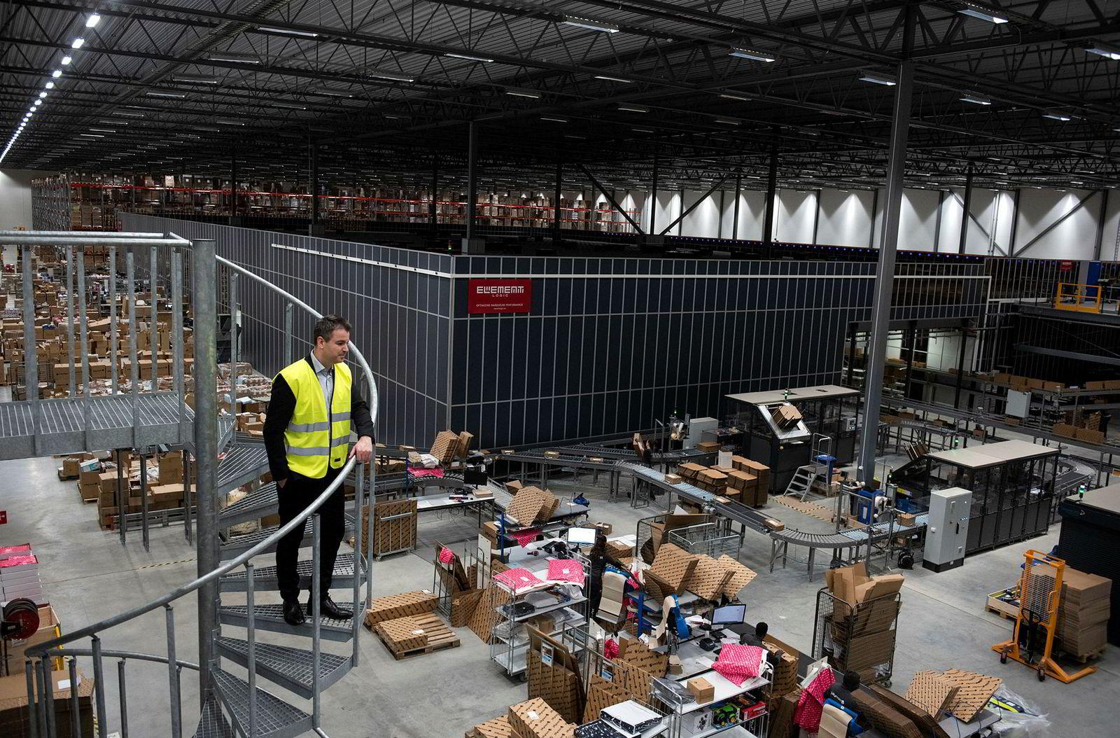 Jollyroom-gründer Ole Sauar skuer utover lager og pakkehallen for småvarer. I november og desember var den automatiserte pakkingen oppe til den store eksamen.