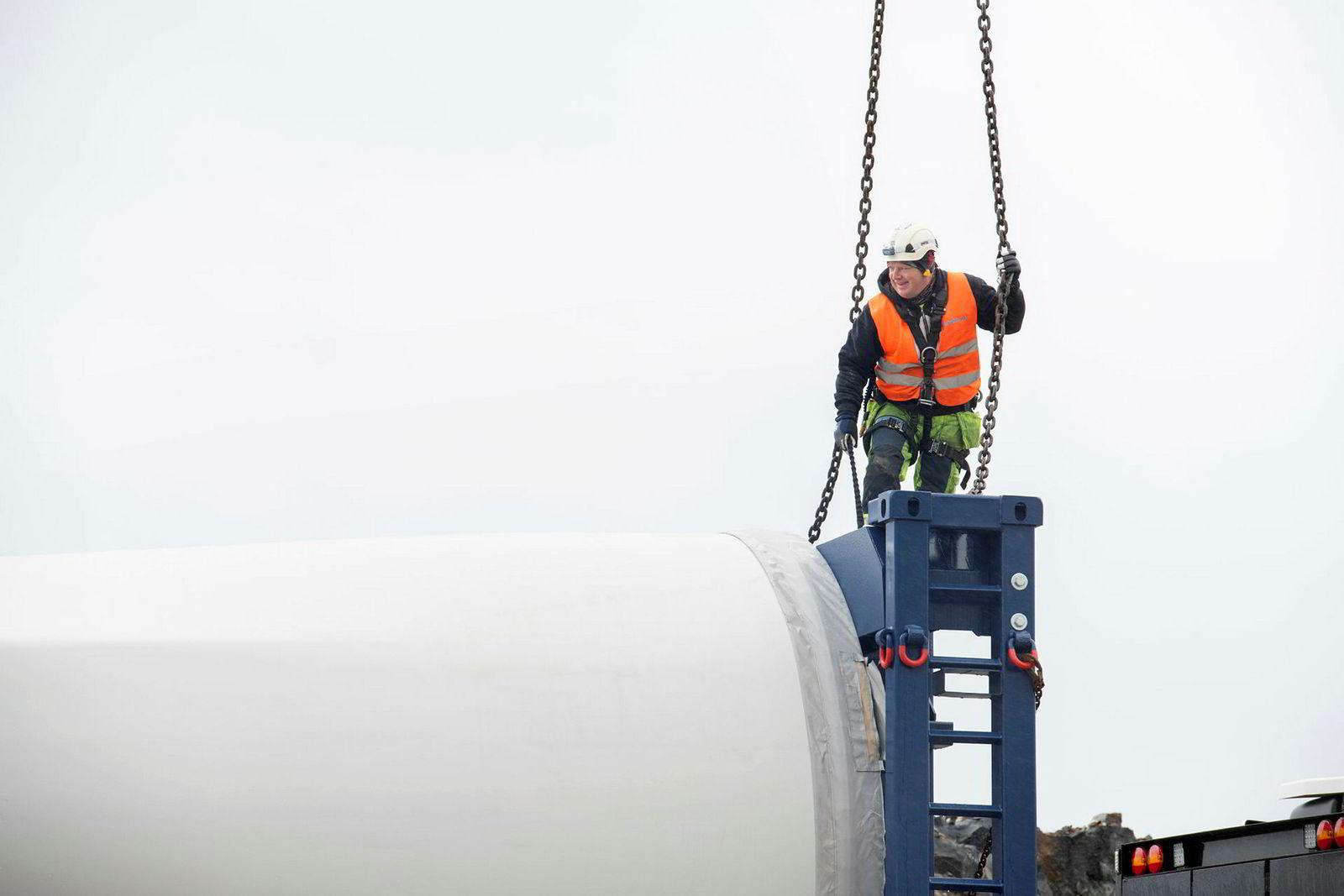Artur Czarny, klatrer for Fairwind jobber med monteringen av vindmøllene.