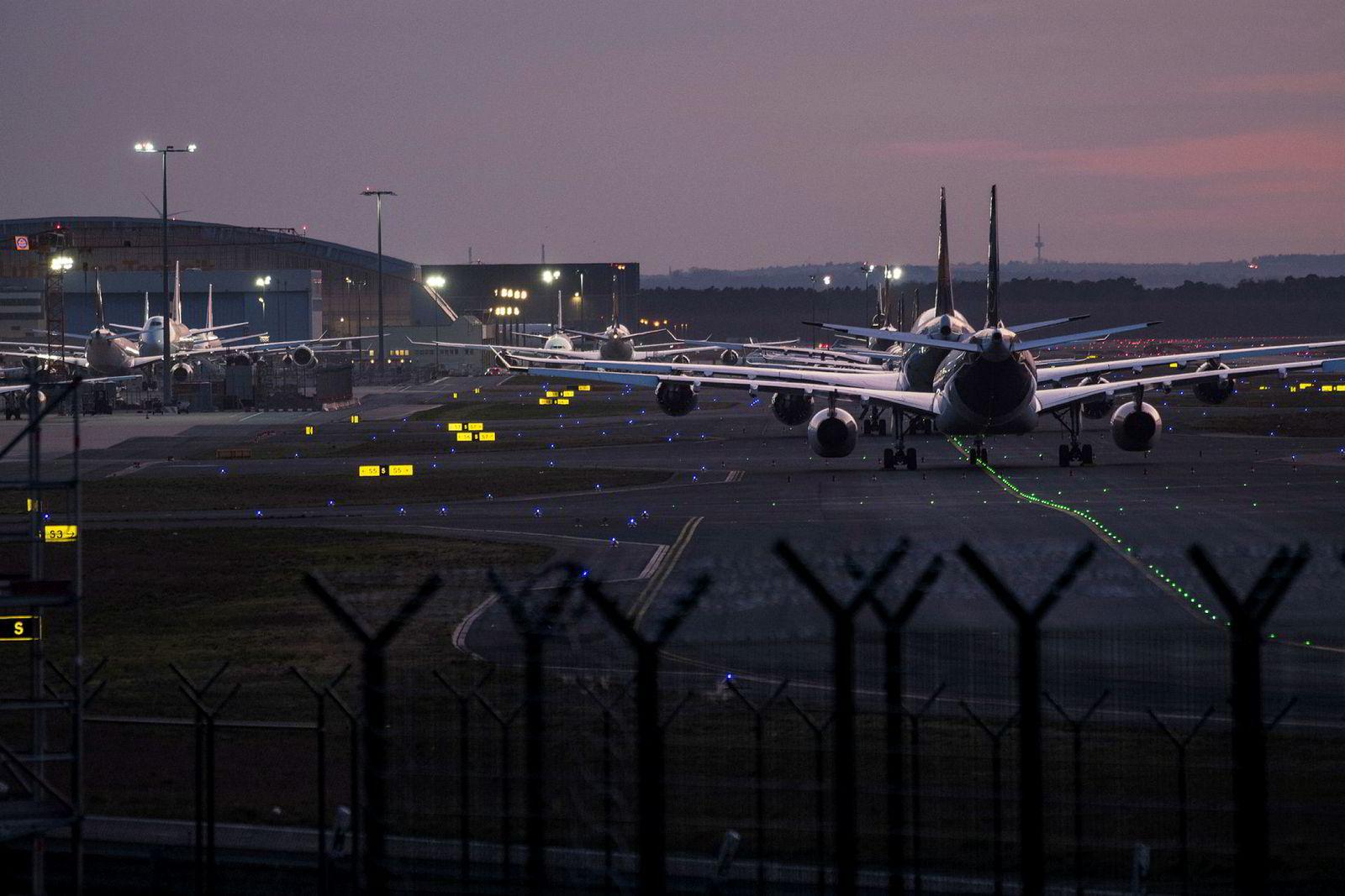 Passasjerfly fra Lufthansa er stilt opp på rekke og rad på Frankfurt lufthavn. Flyselskapene blir berørt av reiseforbud og avbestillinger relatert til spredning av koronaviruset.