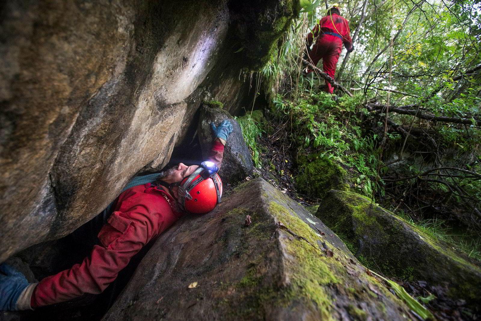 Ulv Holbye drar seg selv ut gjennom åpningen av hulen. David St. Pierre allerede ute.