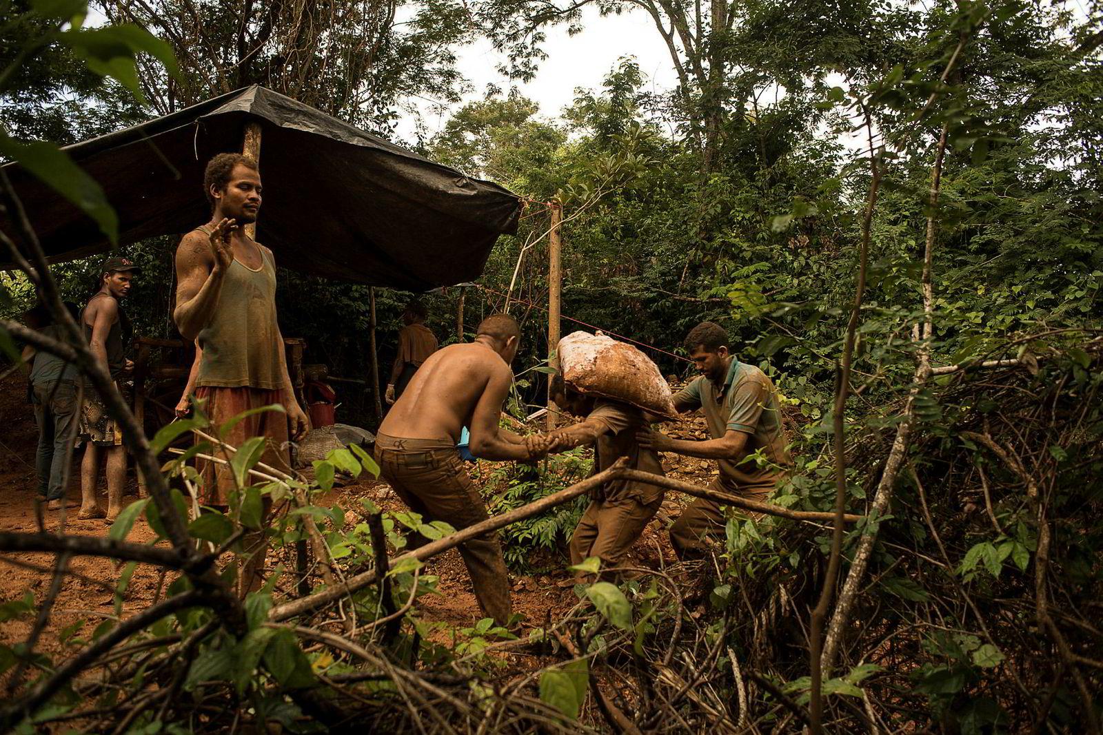 Gruvearbeiderne i El Callao, Venezuelas gullhovedstad, er underlagt væpnede bander som samarbeider med hæren. Byen er en av landets farligste, hvor sivile, gruvearbeidere og urfolk jevnlig blir drept.