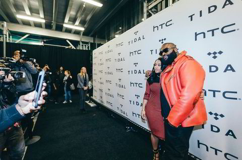 Modell Lira Galore med sin forlovede, rapper Rick Ross, på den røde løperen til Tidal.