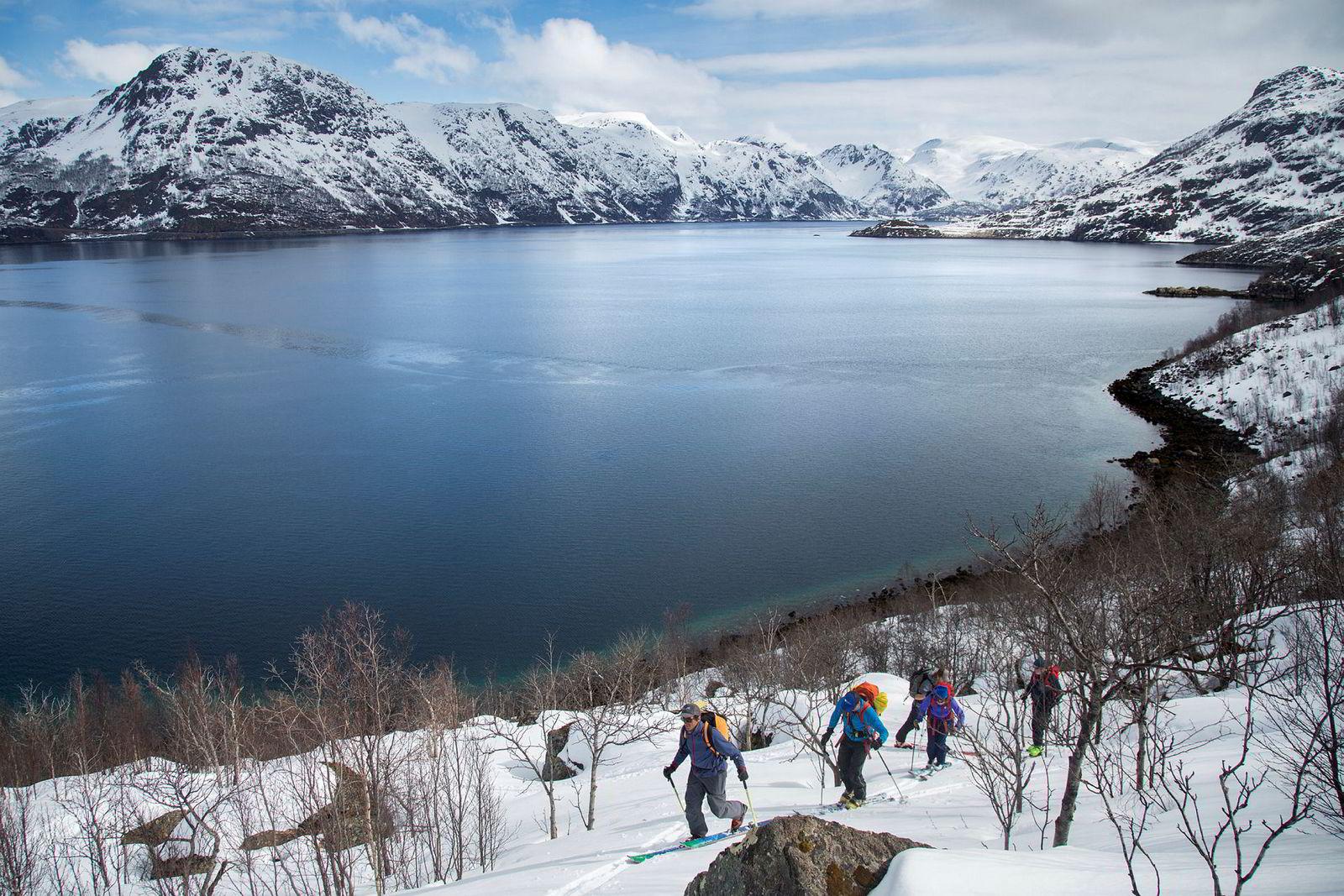 Fred Buttard (fra venstre), Tore Karlstrøm, Christoph Duckart, Danielle Travers og Erik Wallgren har startet skituren fra havkanten og opp til fjelltoppen.