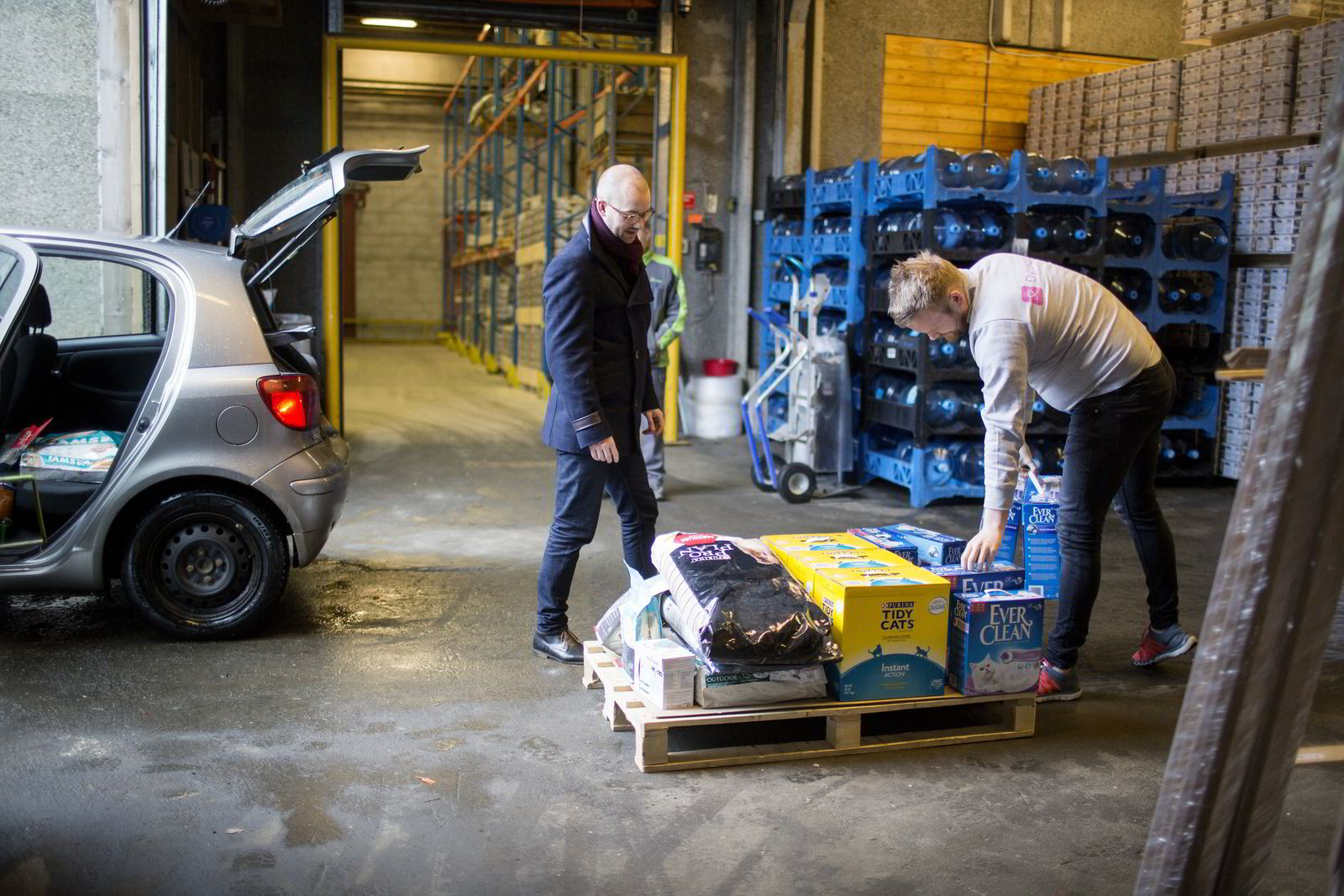 Roger Holthe Olsen og Erik Høsteland Åland (til høyre) henter varer hos Bring på Nesttun. De fyller bilen fra gulv til tak, men så er det også en veldig liten Yaris.
