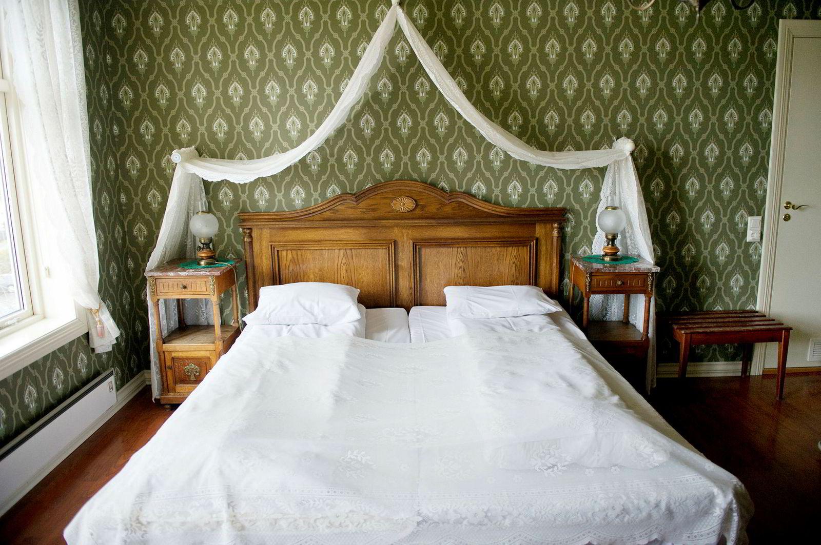 Her er en av sengene i den gamle delen av Gloppen Hotell.