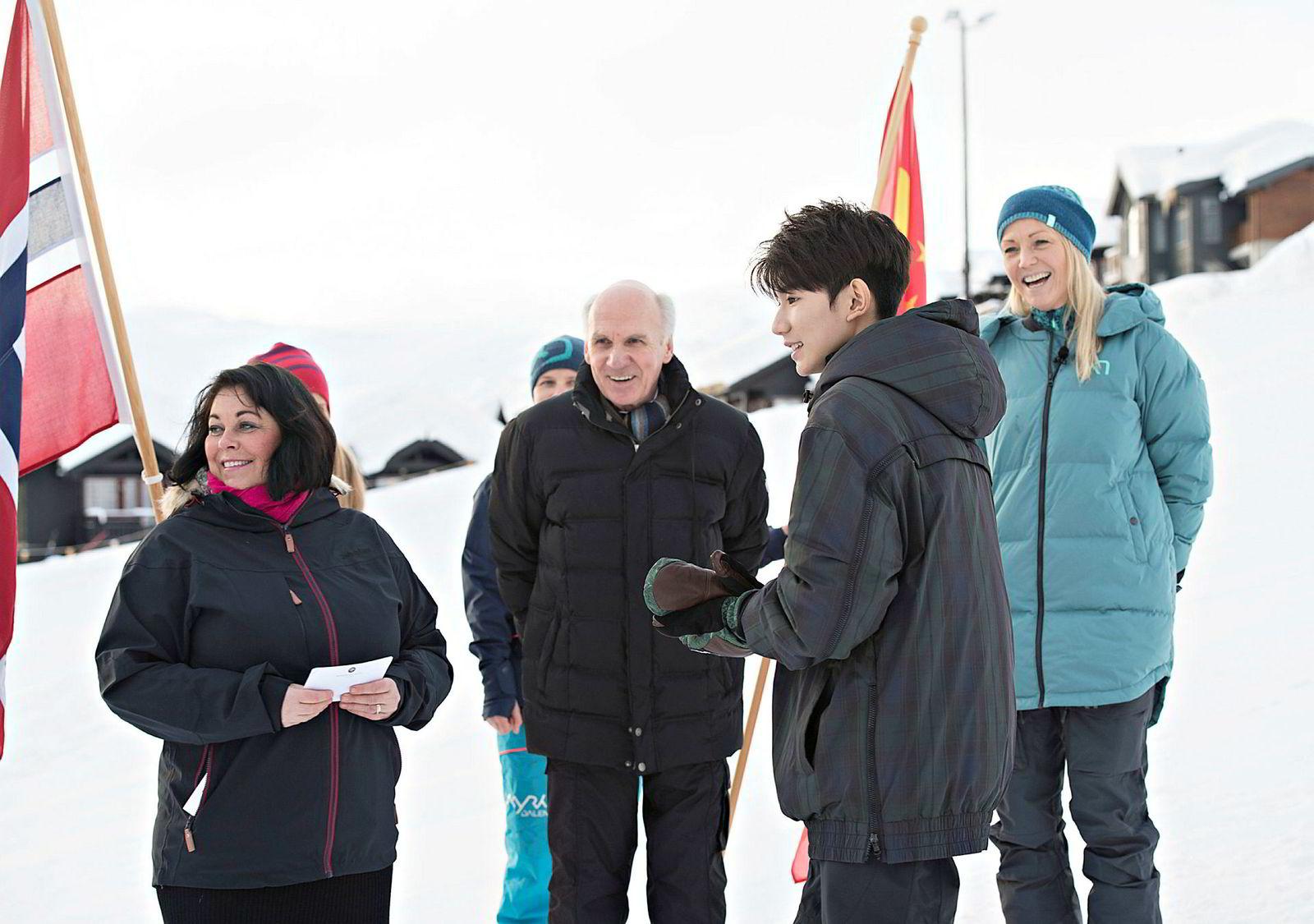 Per Holte i Innovasjon Norge (i midten) forklarer turistsvikten fra Kina med blant annet handelskrigen med USA. Her sammen med reiselivsdirektør Bente Bratland Holm (til venstre), Kari Traa og den kinesiske superstjernen Wang Yuan da han laget musikkvideo i Myrkdalen ved Voss i vinter.