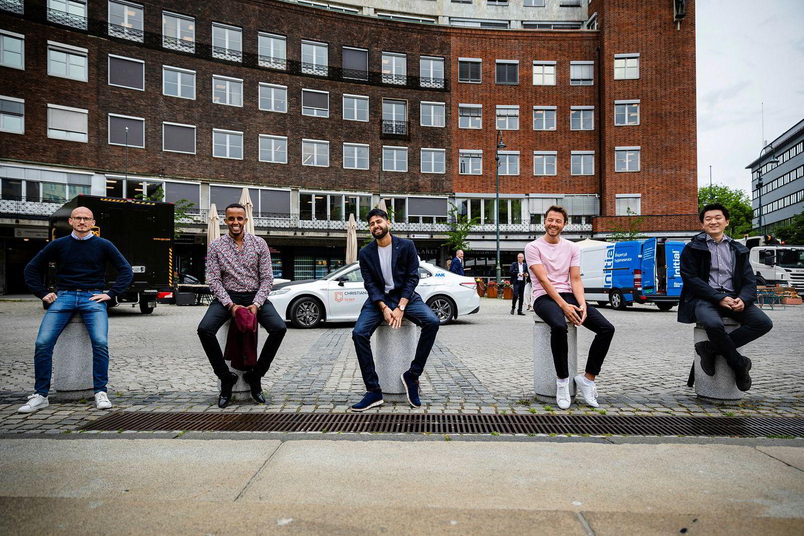 Shafi Adan og Arne Kvale (andre og fjerde fra venstre) gjorde suksess med sin første start-up, men ønsket flere medgründere når de skulle i gang med noe nytt. – Det var helt åpenbart at vi trengte flere folk når vi skulle rette fokuset mot boligmarkedet, sier Adan. Nå har de fått med seg Jan Oftedal fra ABG Sundal Collier (til venstre), Anders Gill med bakgrunn fra Microsoft (i midten), og Jørn Skogsrud fra it-selskapet Sopra Steria.
