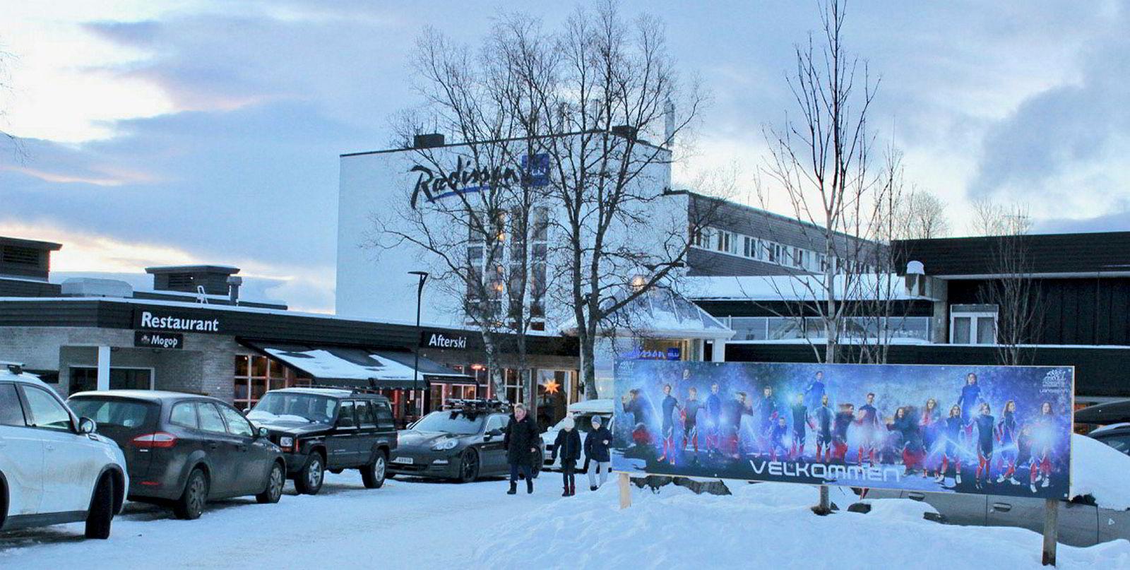 Atle Hovi har flyttet inn med familien her på det tomme Radisson-hotellet på Beitostølen og hans datter på fem sykler rundt i de tomme hotellkorridorene.