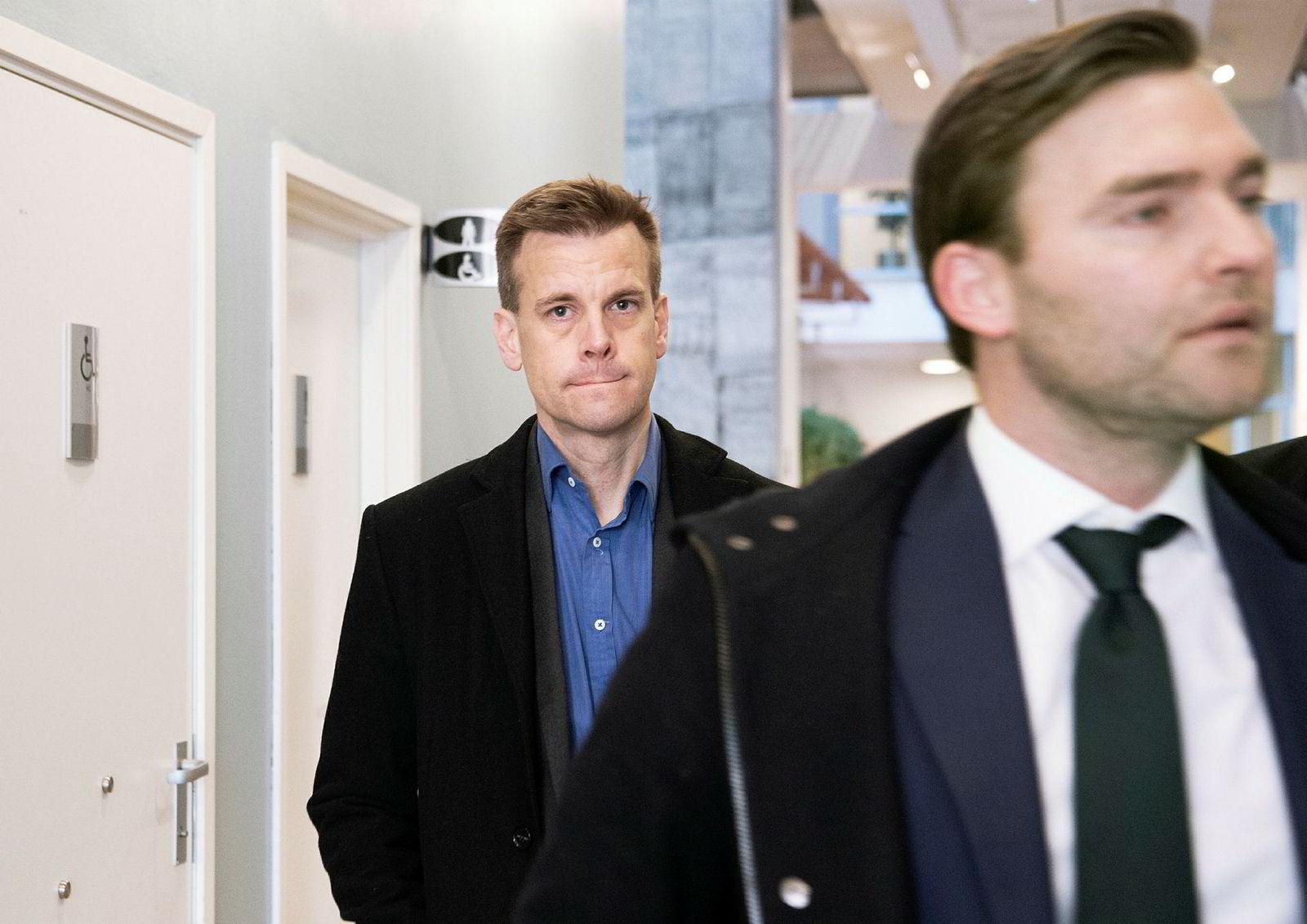Arne Vigeland (bak) og hans advokat Nils Christian Langtvedt på vei inn i rettssalen i Oslo tinghus.