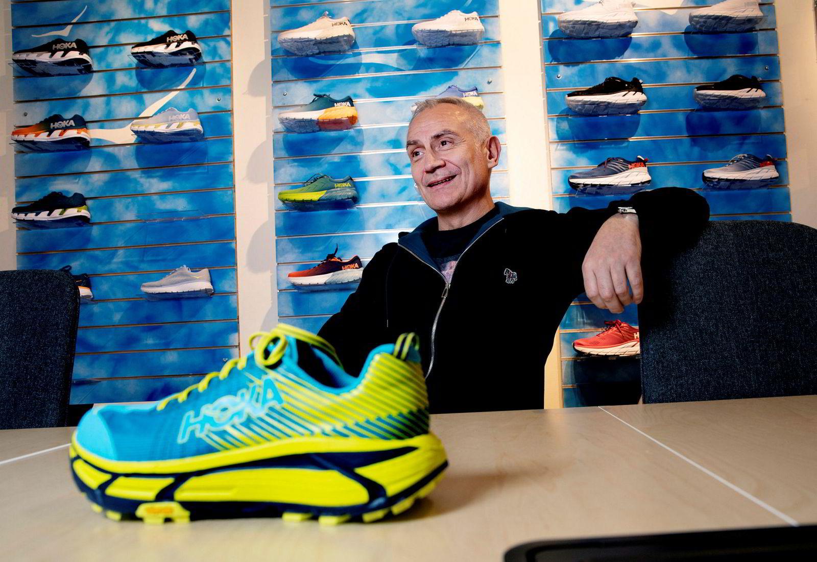 – Designet er litt spesielt, sier Carl Johan Nordberg, gasellevinneren i Hedmark, om Hoka-skoen, men understreker at gode egenskaper gjør at etterspørselen er stor.