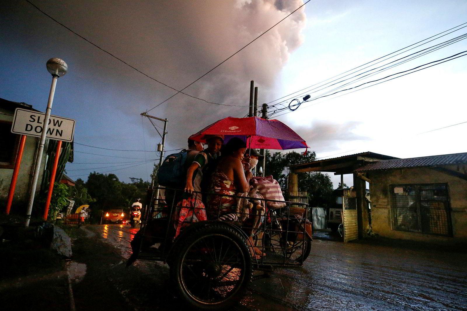 Innbyggerne i landsbyen Tagaytay evakuerer.