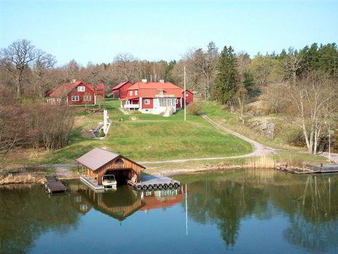 Drottninghamn i innsjøen Mälaren, vest for Stockholm. Den er på 8 mål og har en prisantydning på 13 millioner svenske kroner.