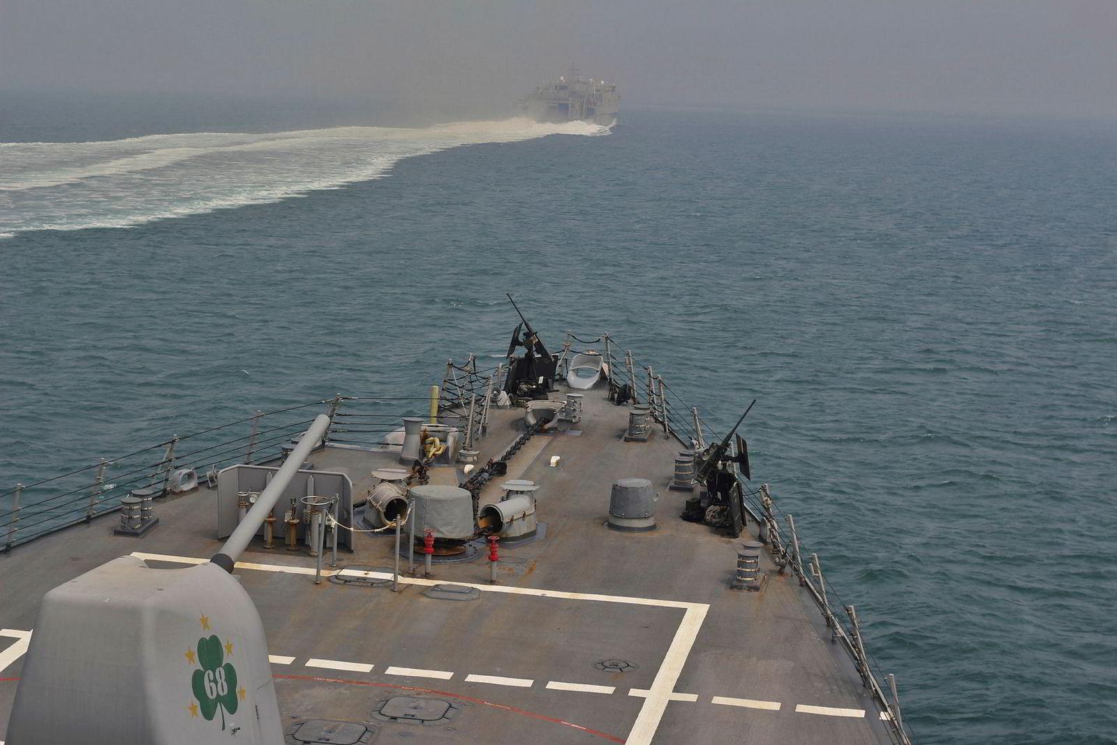 Et amerikansk torpedobåtjager seiler igjennom Hormuzstredet.