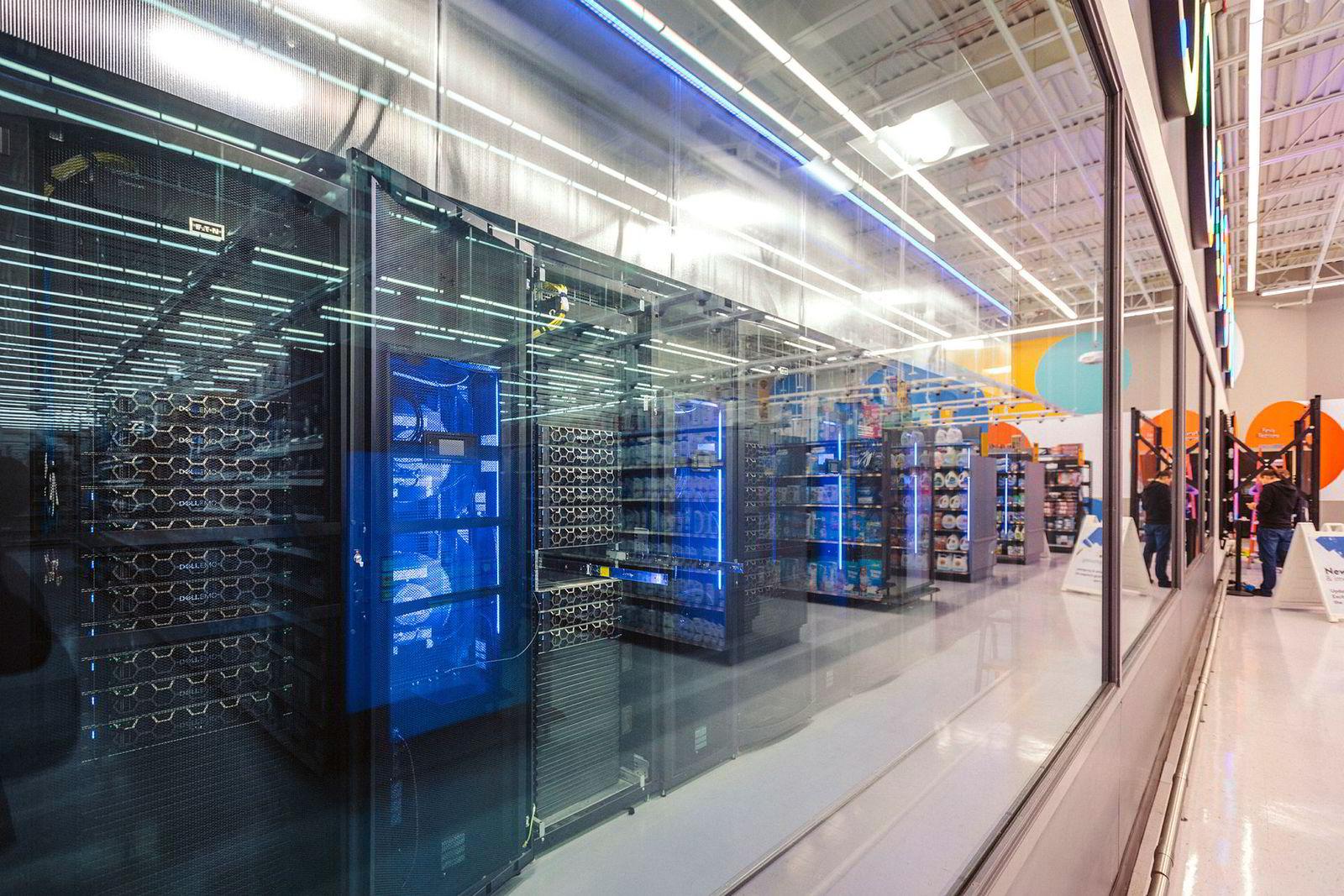 Store mengder innsamlede data håndteres av denne serverparken Walmarts testbutikk.