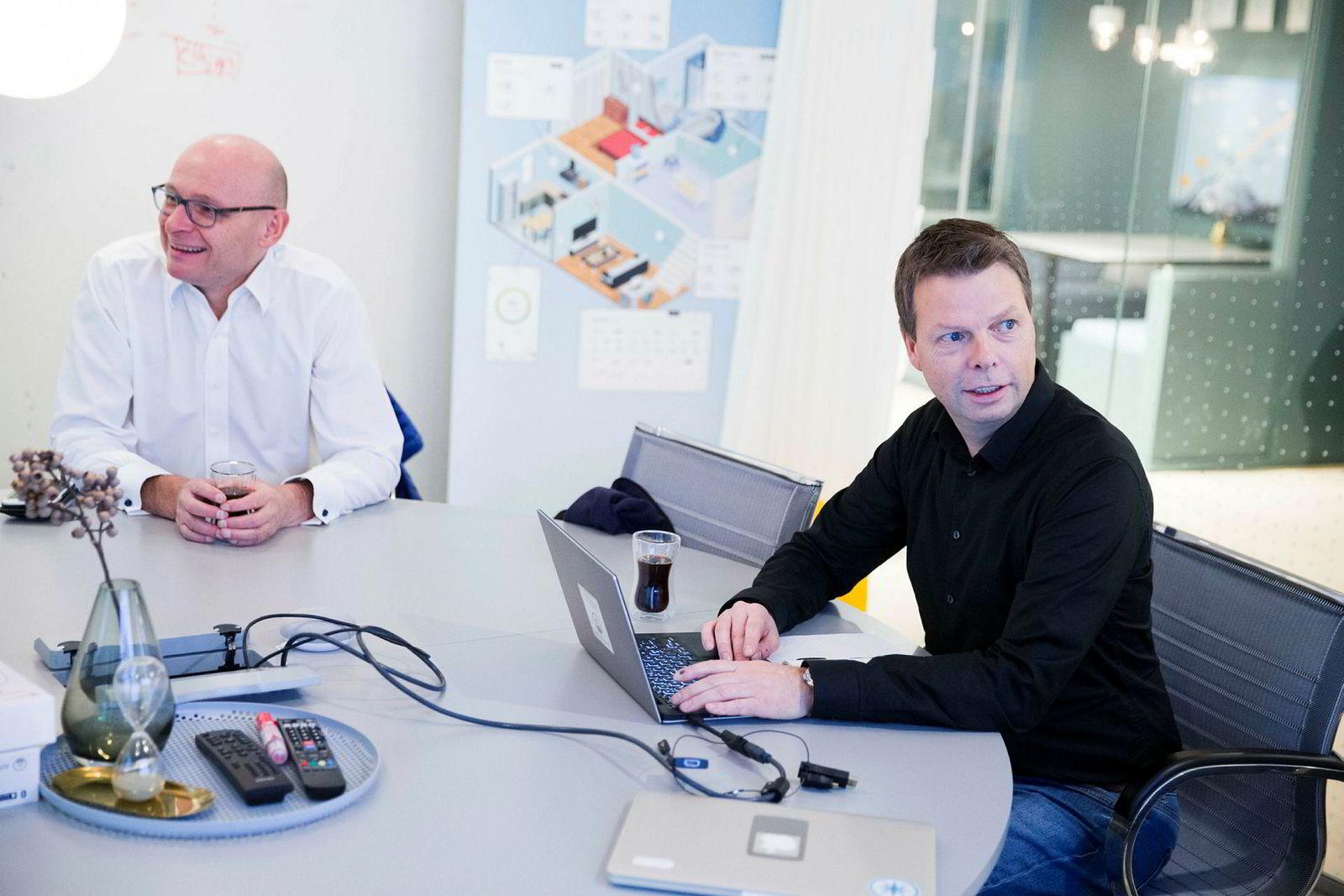 – Vi har gått med overskudd de siste seks årene, sier Øyvind Birkenes, administrerende direktør i Airthings (til høyre) Her sammen med investor og styreleder Geir Førre.