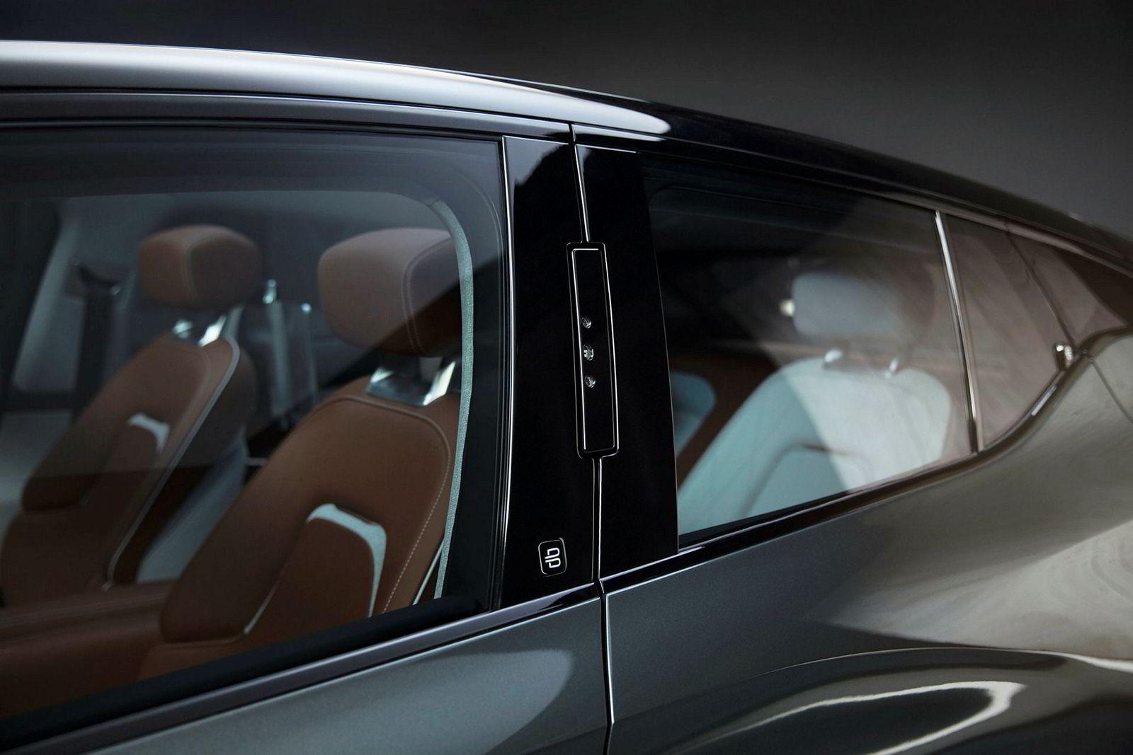 I b-stolpen er det tre kameraer som kjenner igjen ansiktet ditt og låser opp bilen.