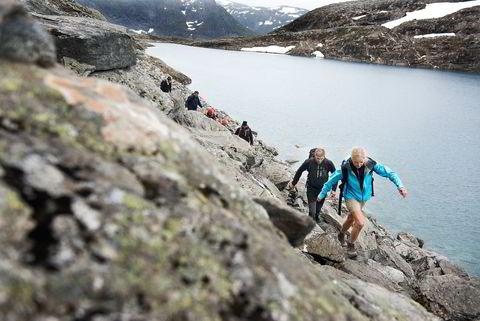 Forrest i steinura er Helen Ramnefjell med Rune Hellandsjø på slep, på vei mot toppen av Bispen.