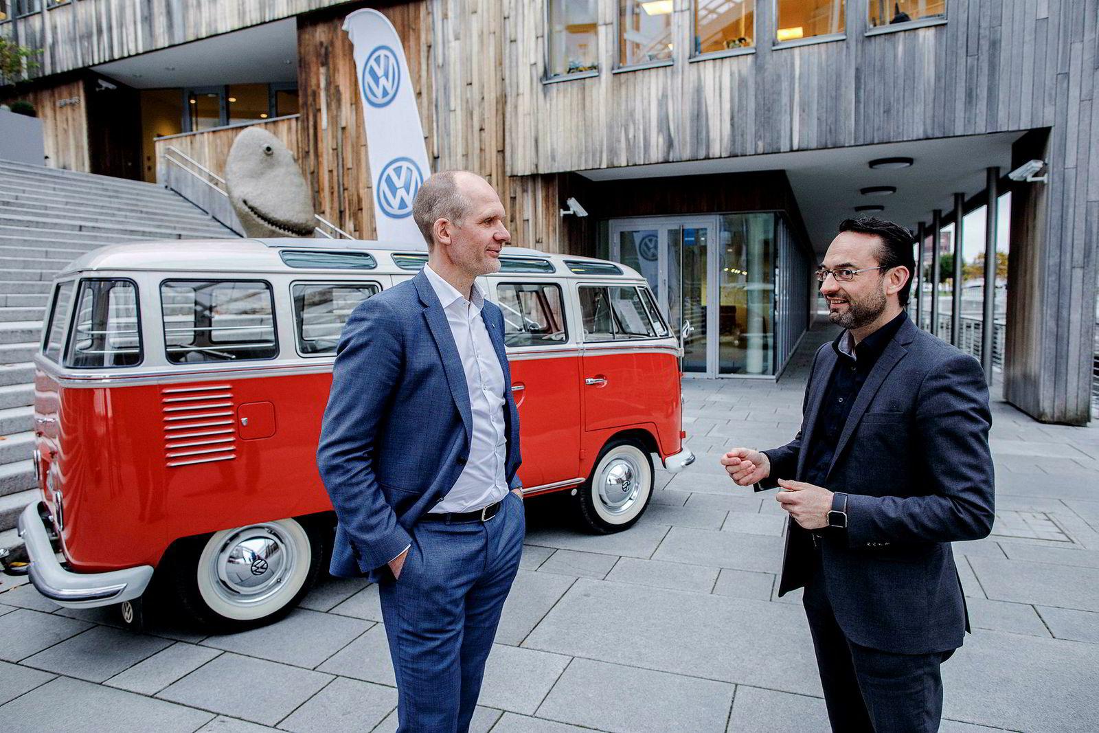 Her står Ulf-Tore Hekneby (til venstre) sammen med Christian Senger, som er leder for elektrisk mobilitet i VW foran en veteran Volkswagen «Sambabuss» fra 1962.