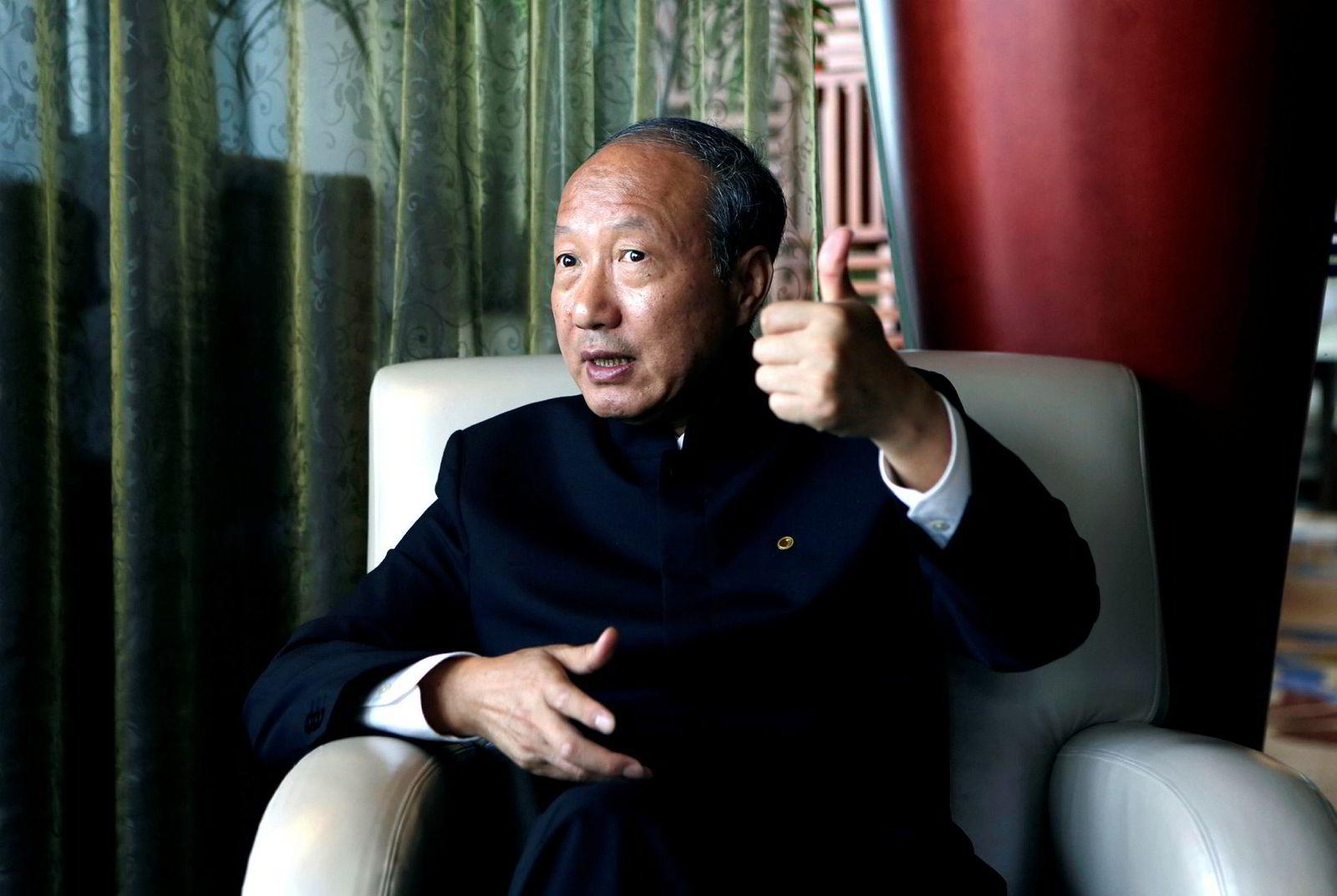 Den kinesiske entreprenøren Chen Feng har bygget opp et av Kinas største privatkontrollerte konglomerater med massiv gjeld og halsbrekkende investeringer. Nå er det full stopp. Gjelden skal reduseres. Eiendommer og aksjer selges.