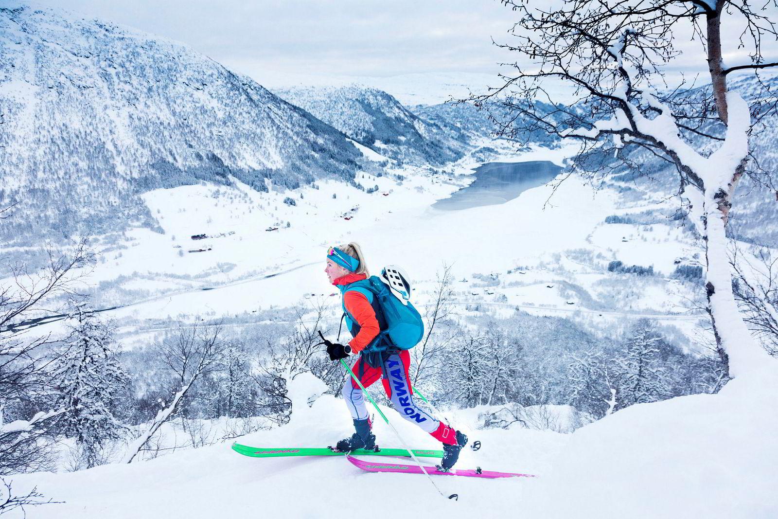 Malene B. Haukøy satser på randonnée og fjelløping og er blant de bedre i Europa. På vei opp på 1205 meter høye Togga på formiddagens økt tilbakelegges noen rolige høydemeter før hun skal på jobb. Deltidslivet er helt nødvendig for å finansiere reisingen og satsingen.