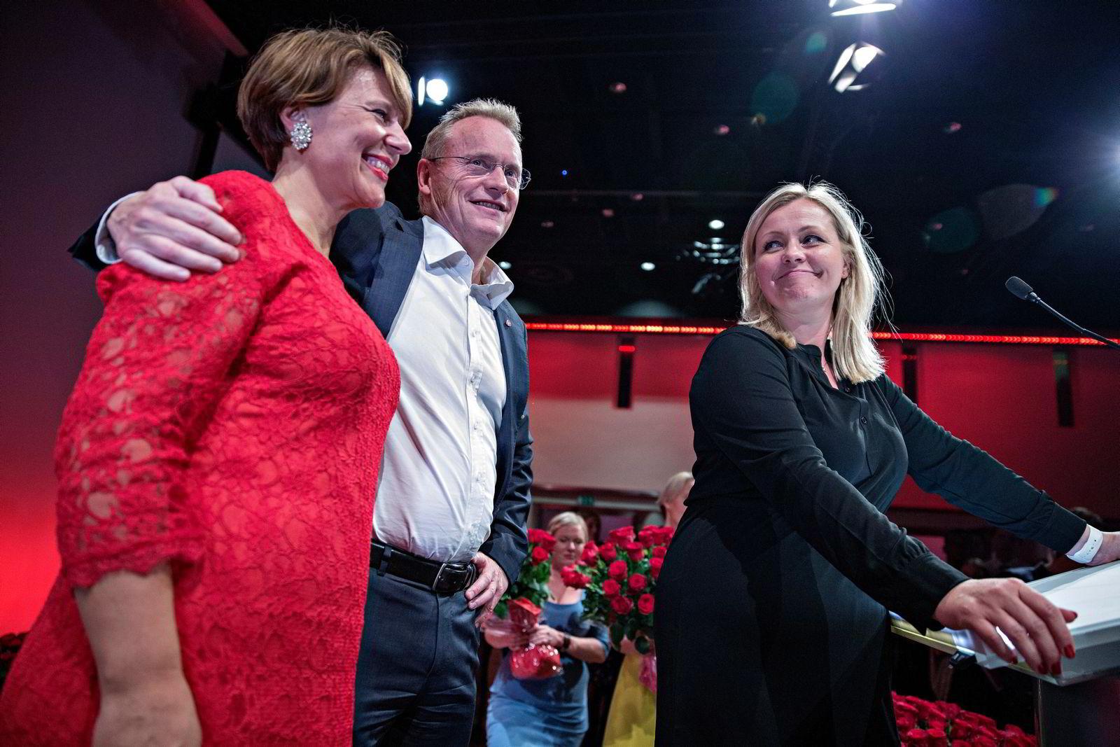 Raymond Johansen med Tone Tellevik Dahl (tv) og Kjersti Stenseng på Arbeiderpartiets valgvake i Folkets hus i Oslo.