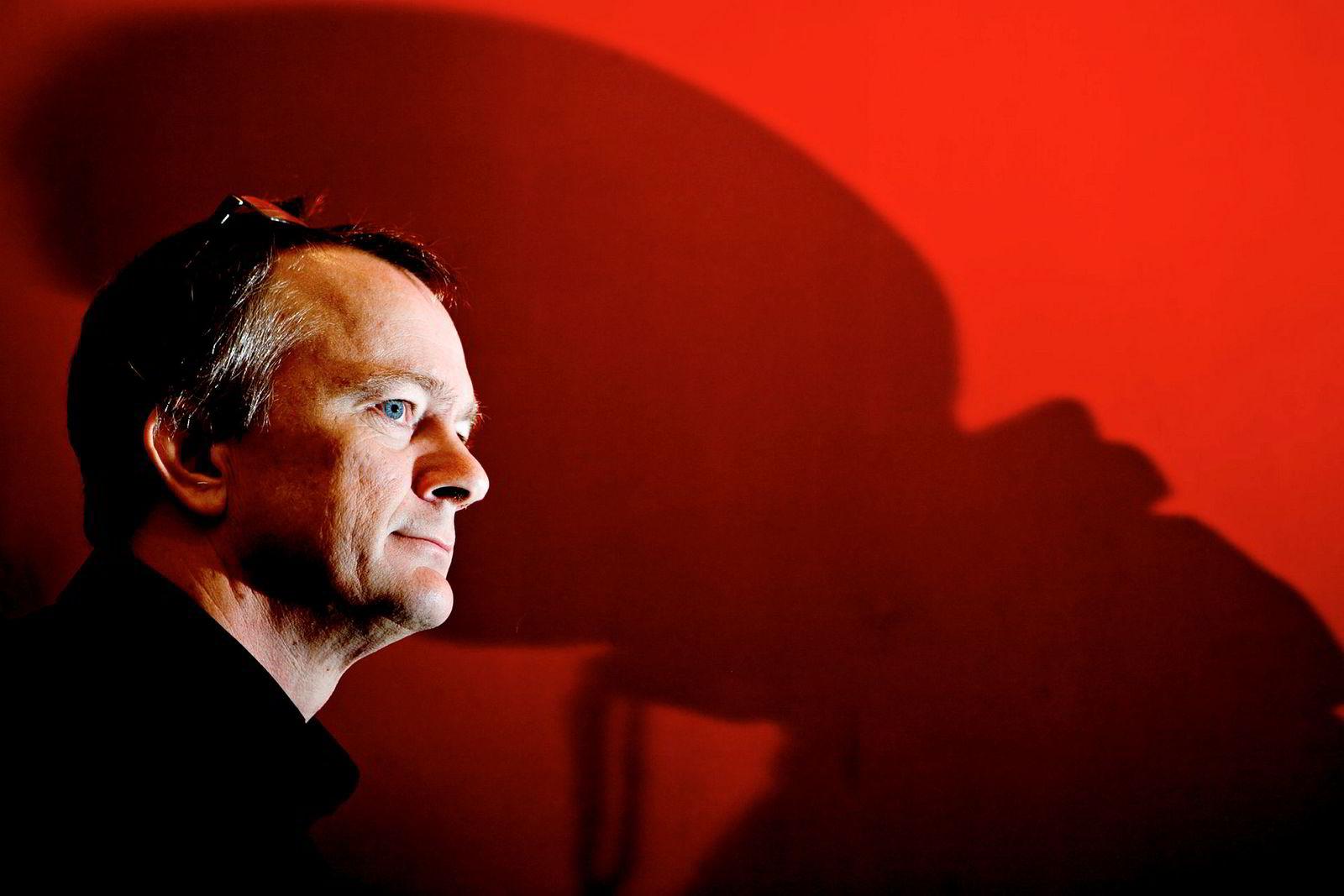 BI-professor Jan Ketil Arnulf sier at det kan være risikofylt å gire opp betalingen til ledere.