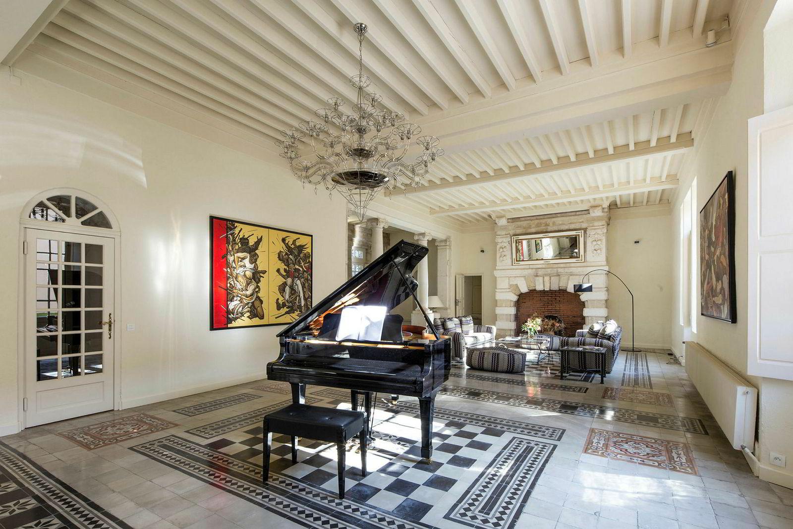 Vinslottet inneholder blant annet et musikkrom.