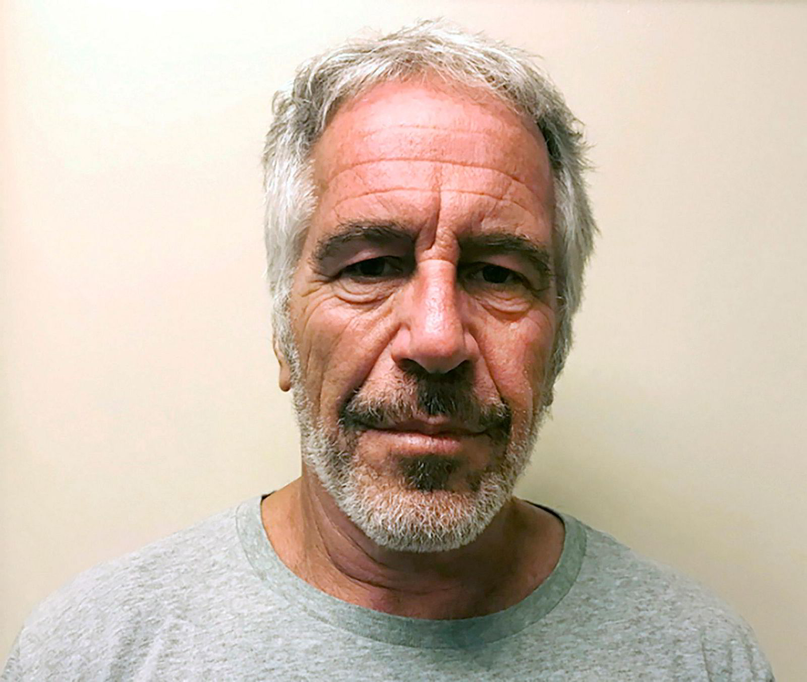 Jeffrey Epstein fotografert av politiet i New York ved arrestasjonen i 2017.