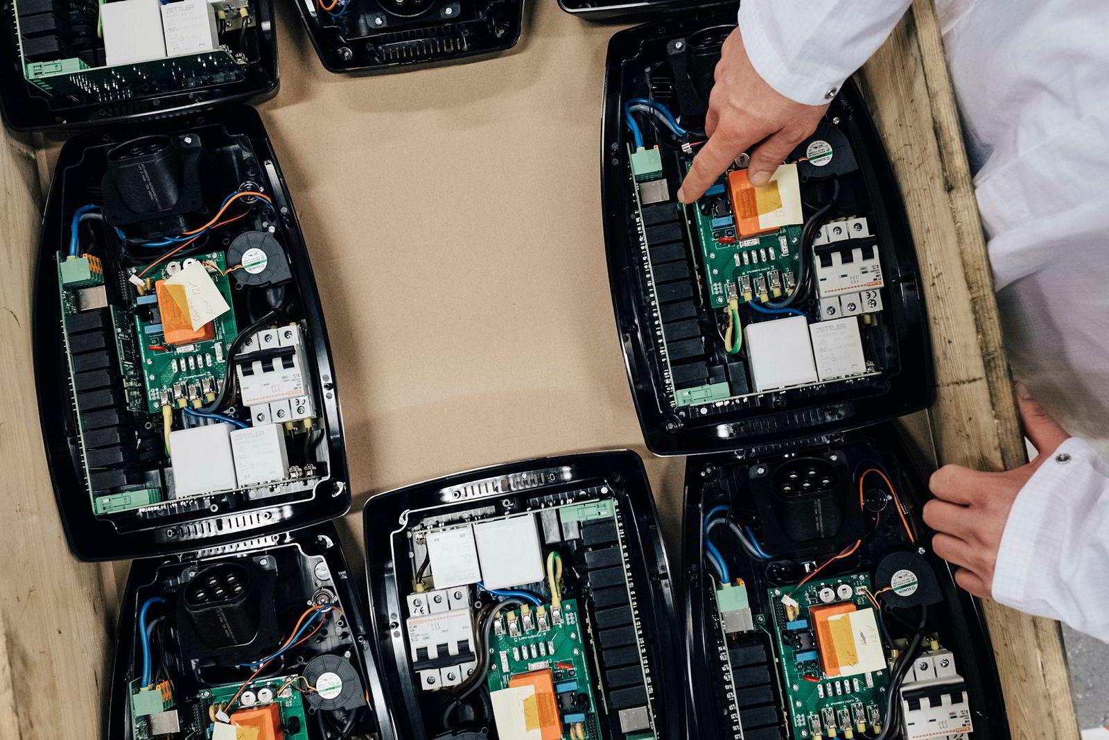 Zaptec-laderne inneholder teknologi som bytter mellom ulike faser for å hindre overbelastning av nettet.