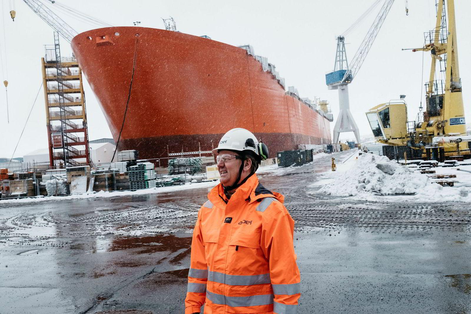 Konsernsjef Mads Andersen i Aibel foran tørrdokken på verftet i Haugesund der lagerskipet til Equinor Njord Bravo ligger inne for oppgraderinger. Kontrakten har en verdi på 1,3 milliarder kroner.