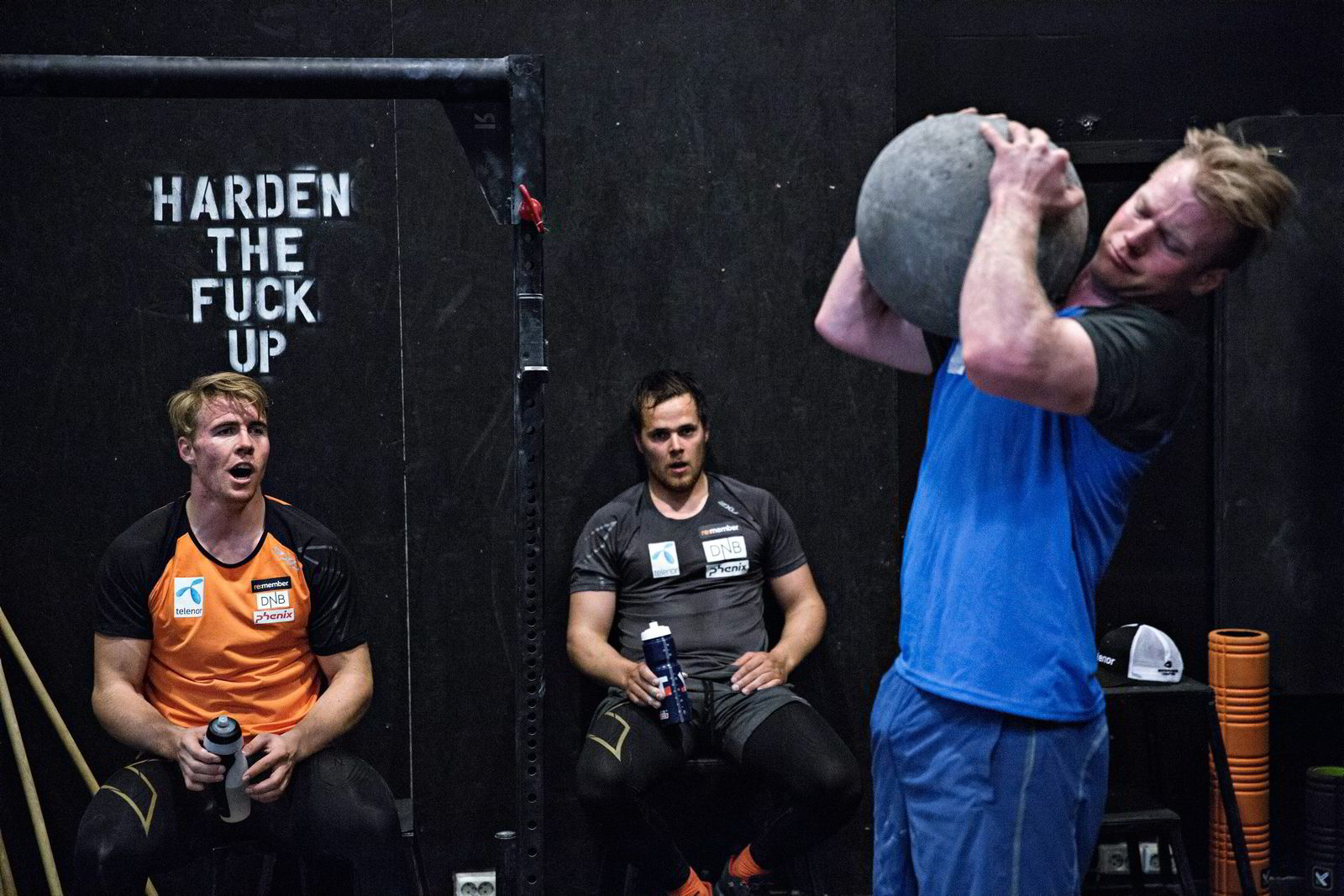 Jonathan Nordbotten herder seg med en stein på over 40 kilo mens Aleksander Aamodt Kilde (til venstre) og Bjørnar Neteland hviler. Foto: Aleksander Nordahl