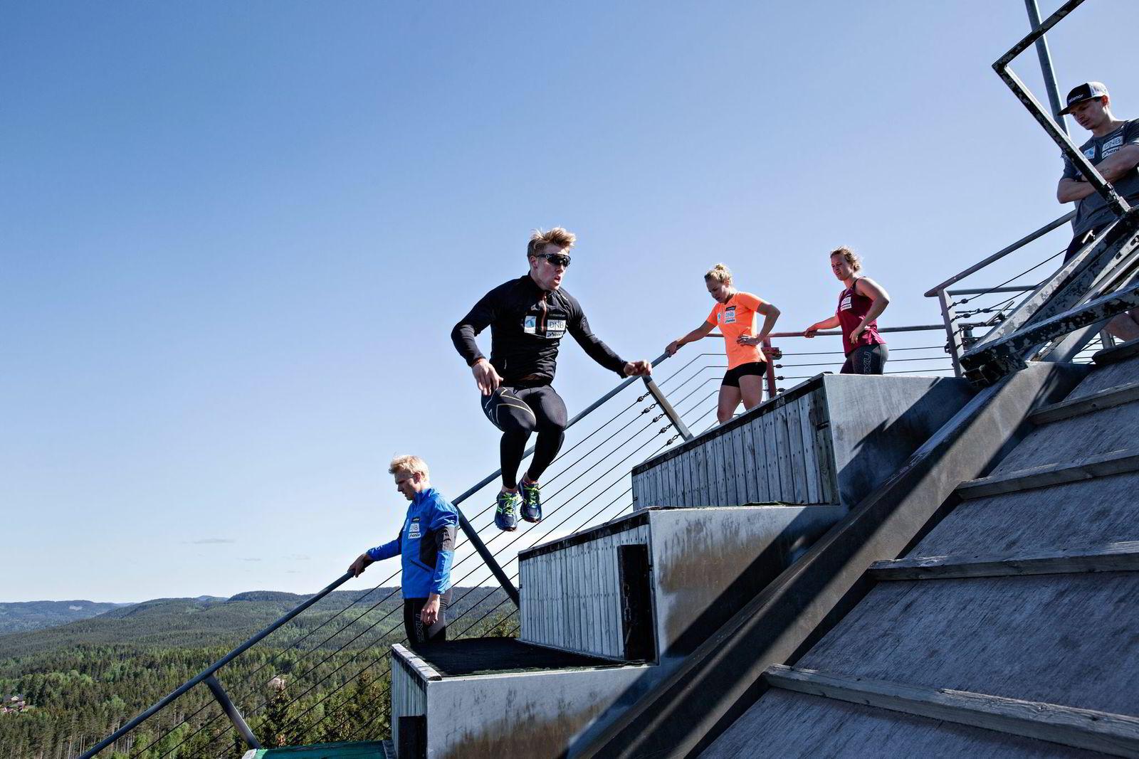 Det er en ny dag med syre når Kilde spretter opp ovarennet i Linderudkollen, mens Marcus Monsen, Lotte Sejersted og Mina Holtmann er på vei ned til nok en opptur. Foto: Aleksander Nordahl