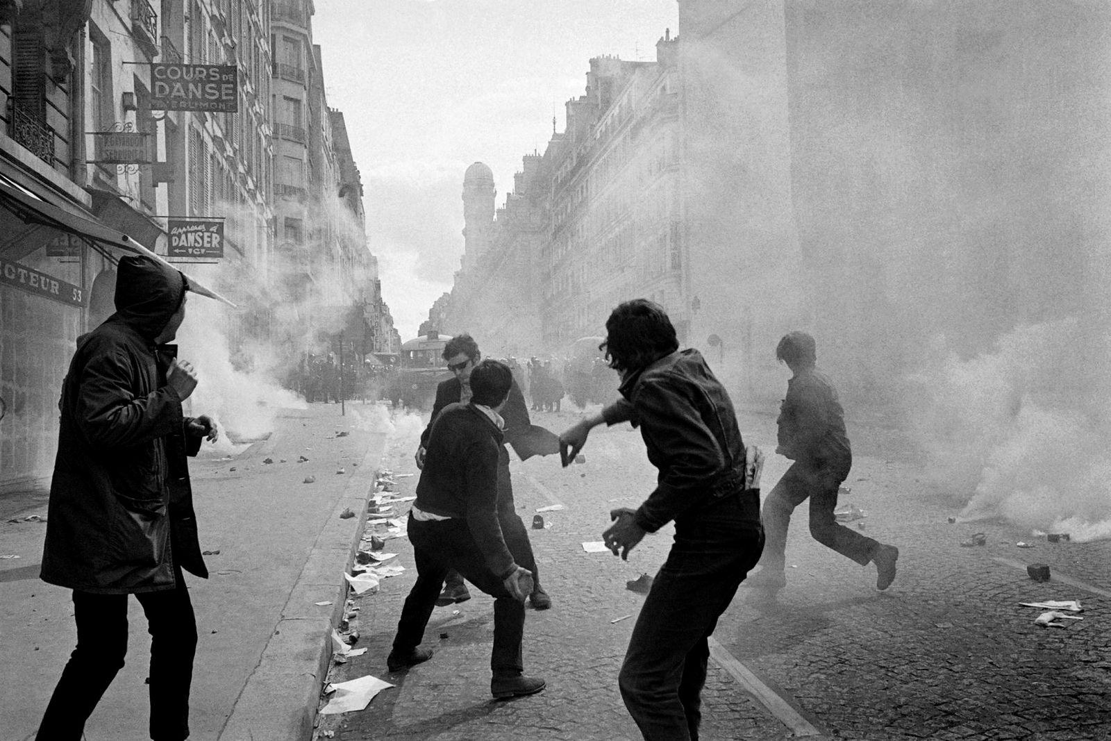 Studenter mot politi i Rue Sain-Jacques i Paris. Flere tusen studenter deltok i de voldelige demonstrasjonene som her i Latinerkvarteret den 6. mai 1968.