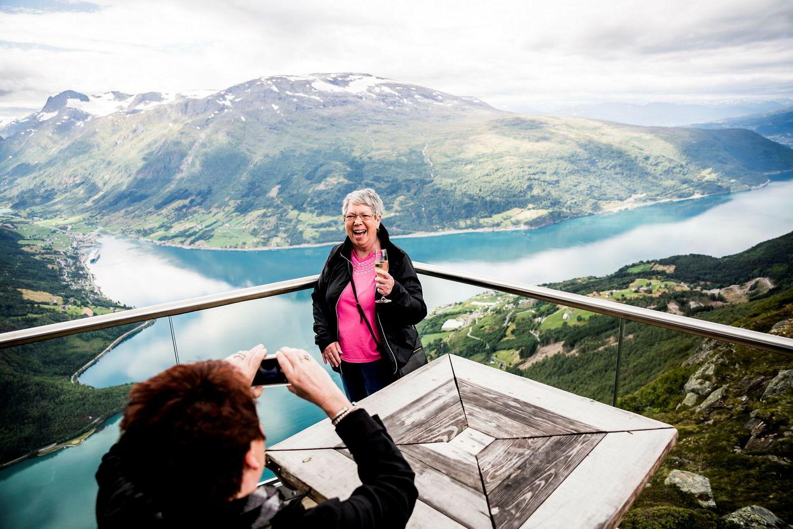 Karen Gartano (51) og tanten Carolyn Folds (75) fra Florida er på norgescruise, og er overveldet over utsikten på toppen av Hoven.